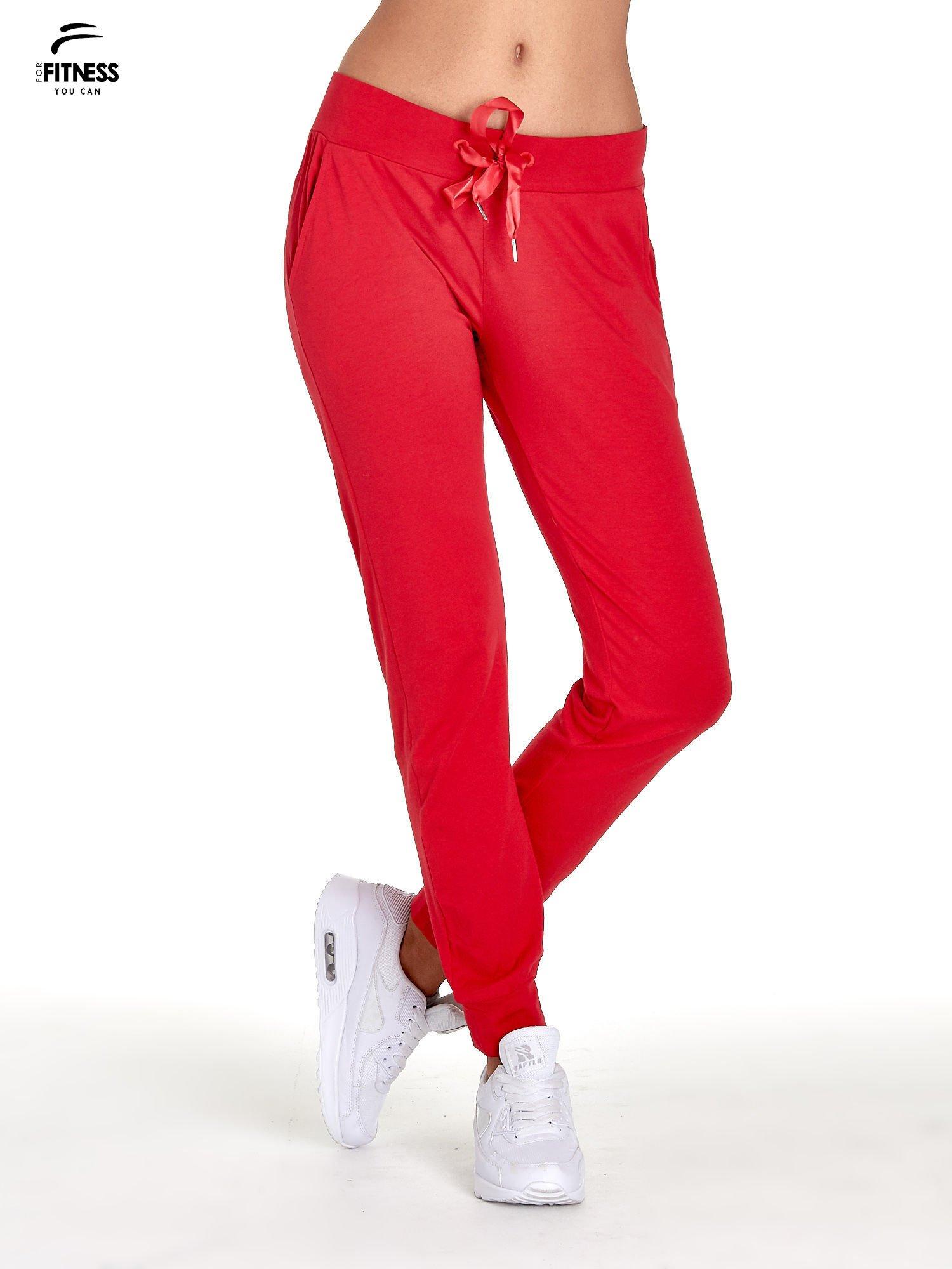 Czerwone spodnie dresowe z nogawką ze ściągaczem                                  zdj.                                  1