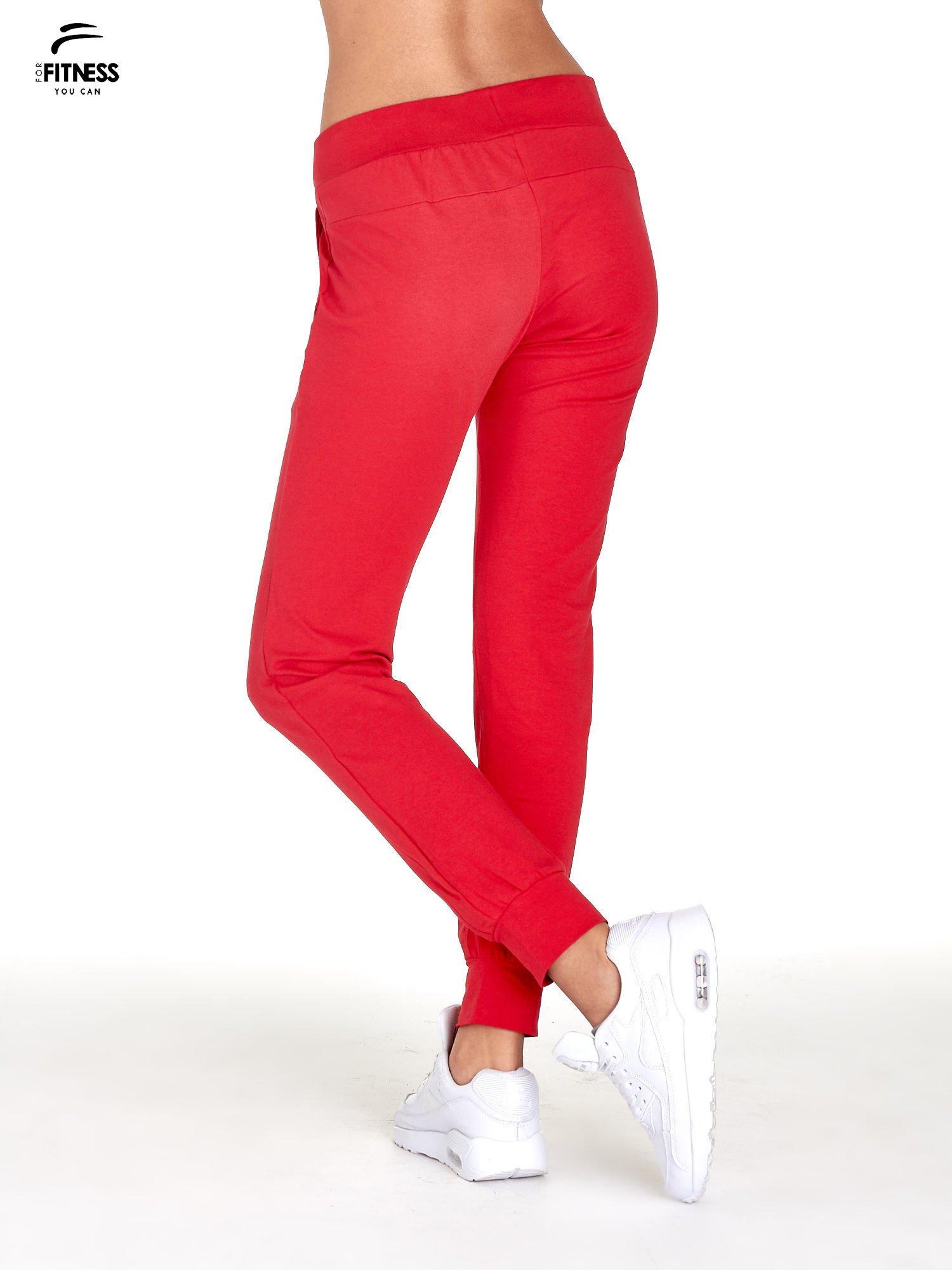 Czerwone spodnie dresowe z nogawką ze ściągaczem                                  zdj.                                  3