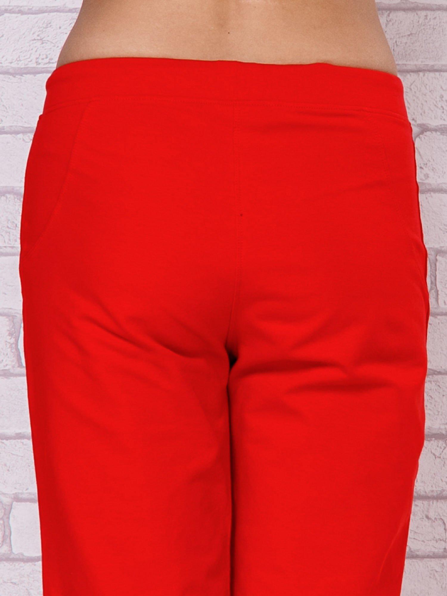 Czerwone spodnie sportowe capri                                  zdj.                                  6