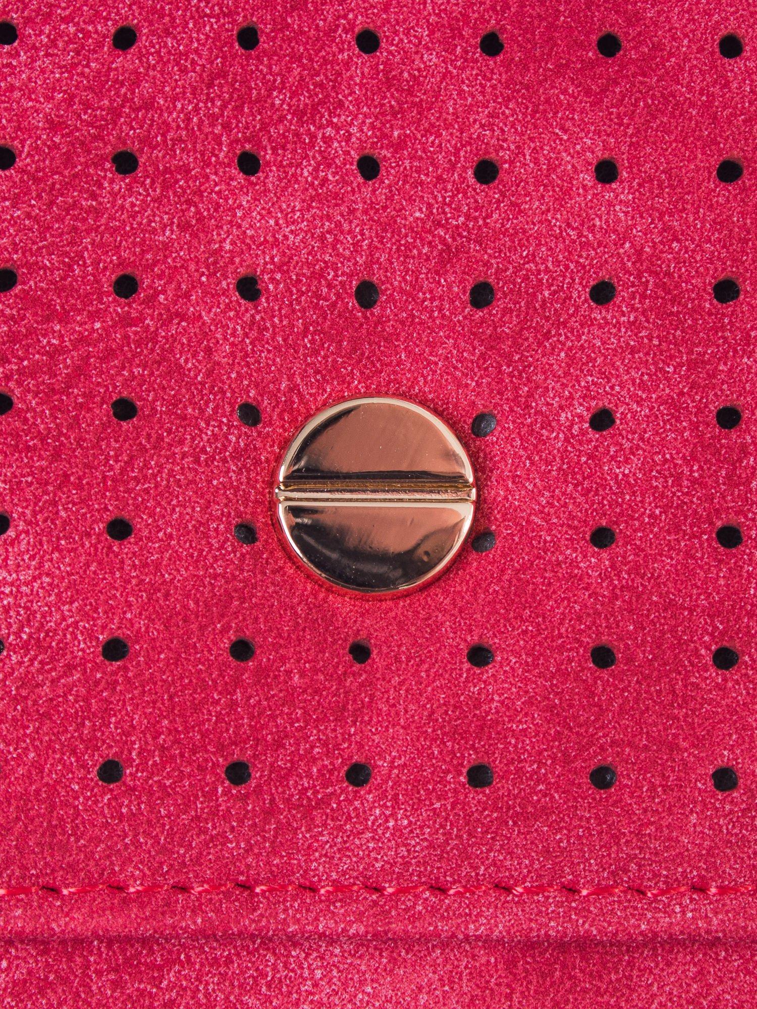 Czerwony ażurowany portfel ze złotym zapięciem                                  zdj.                                  5