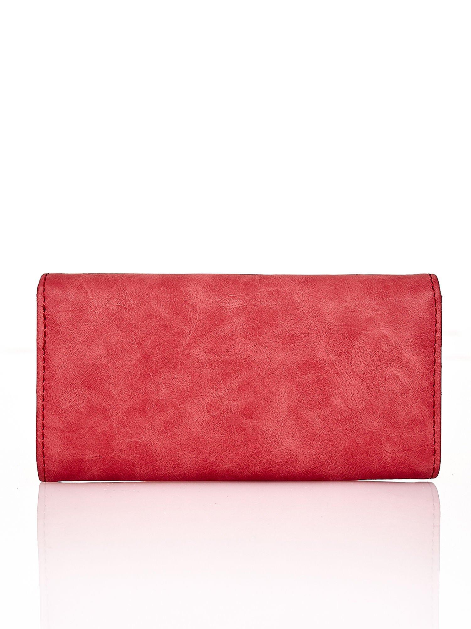 Czerwony fakturowany portfel ze stylizowanym zapięciem                                   zdj.                                  2