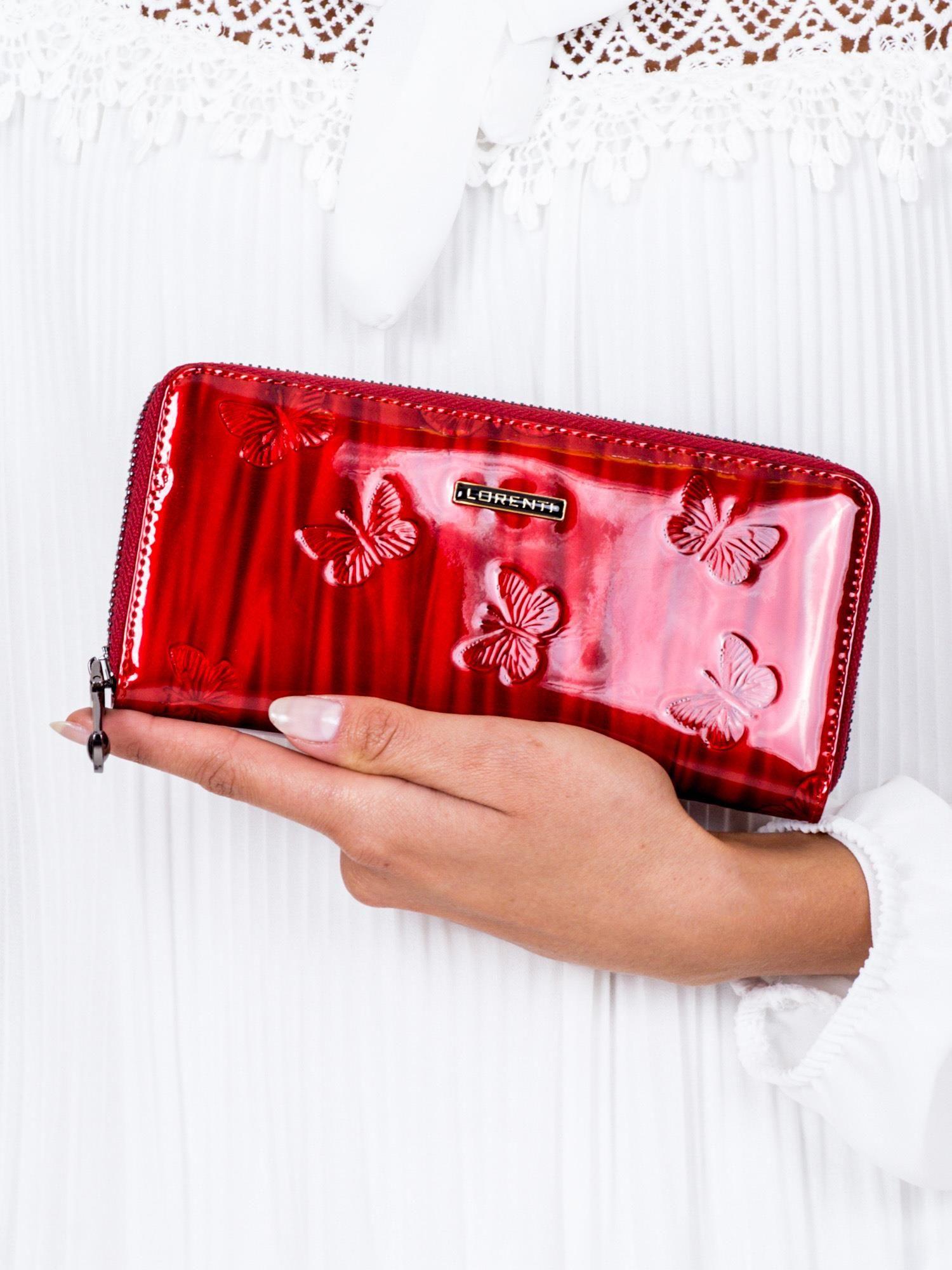 e07ee46dc5657a Czerwony lakierowany portfel damski w tłoczone motyle - Akcesoria ...