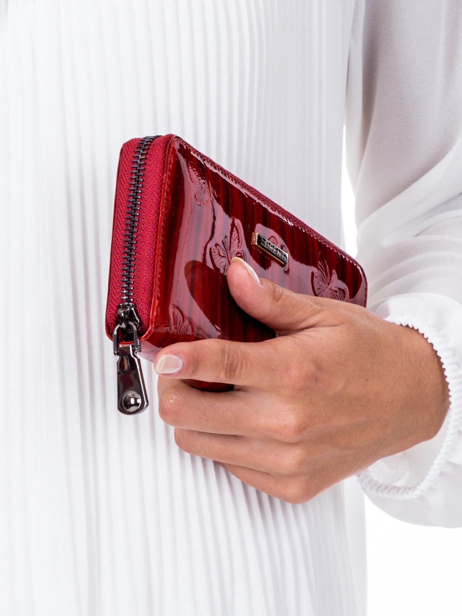 ed7530ccd48c76 Czerwony lakierowany portfel damski w tłoczone motyle - Akcesoria portfele  - sklep eButik.pl