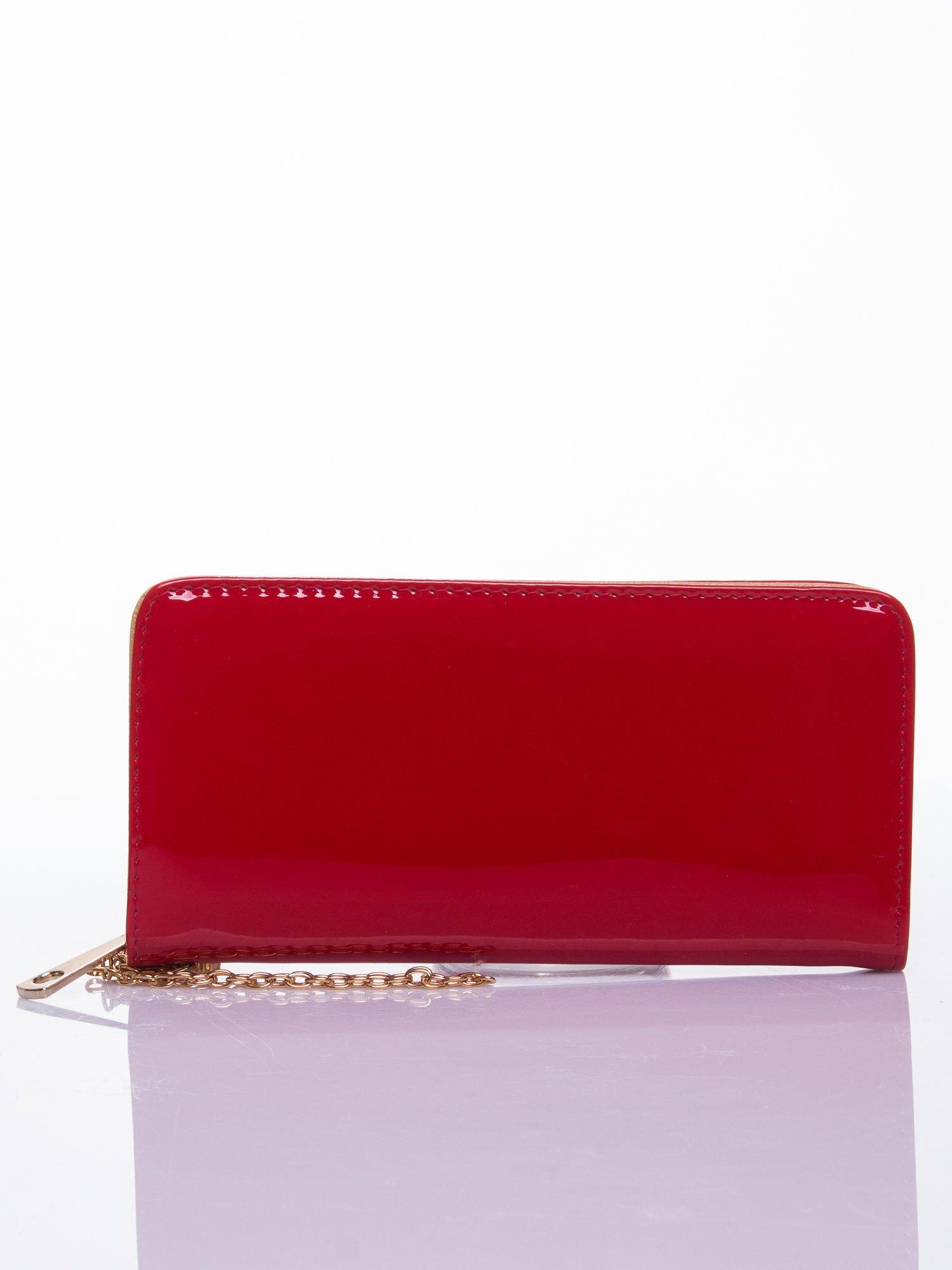 Czerwony lakierowany portfel z odpinanym złotym łańcuszkiem                                  zdj.                                  3