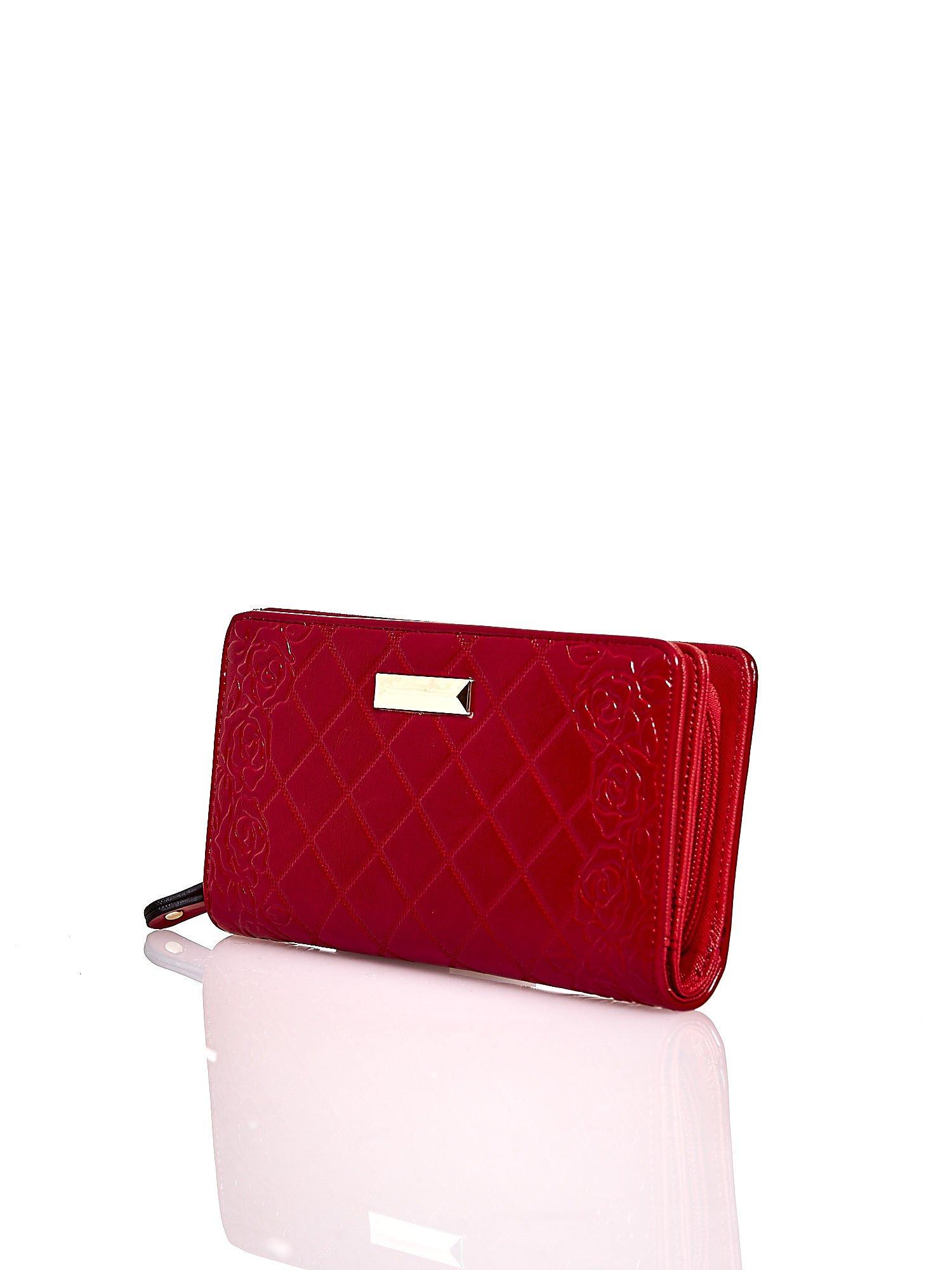 Czerwony pikowany portfel z kwiatowym tłoczeniem                                  zdj.                                  3