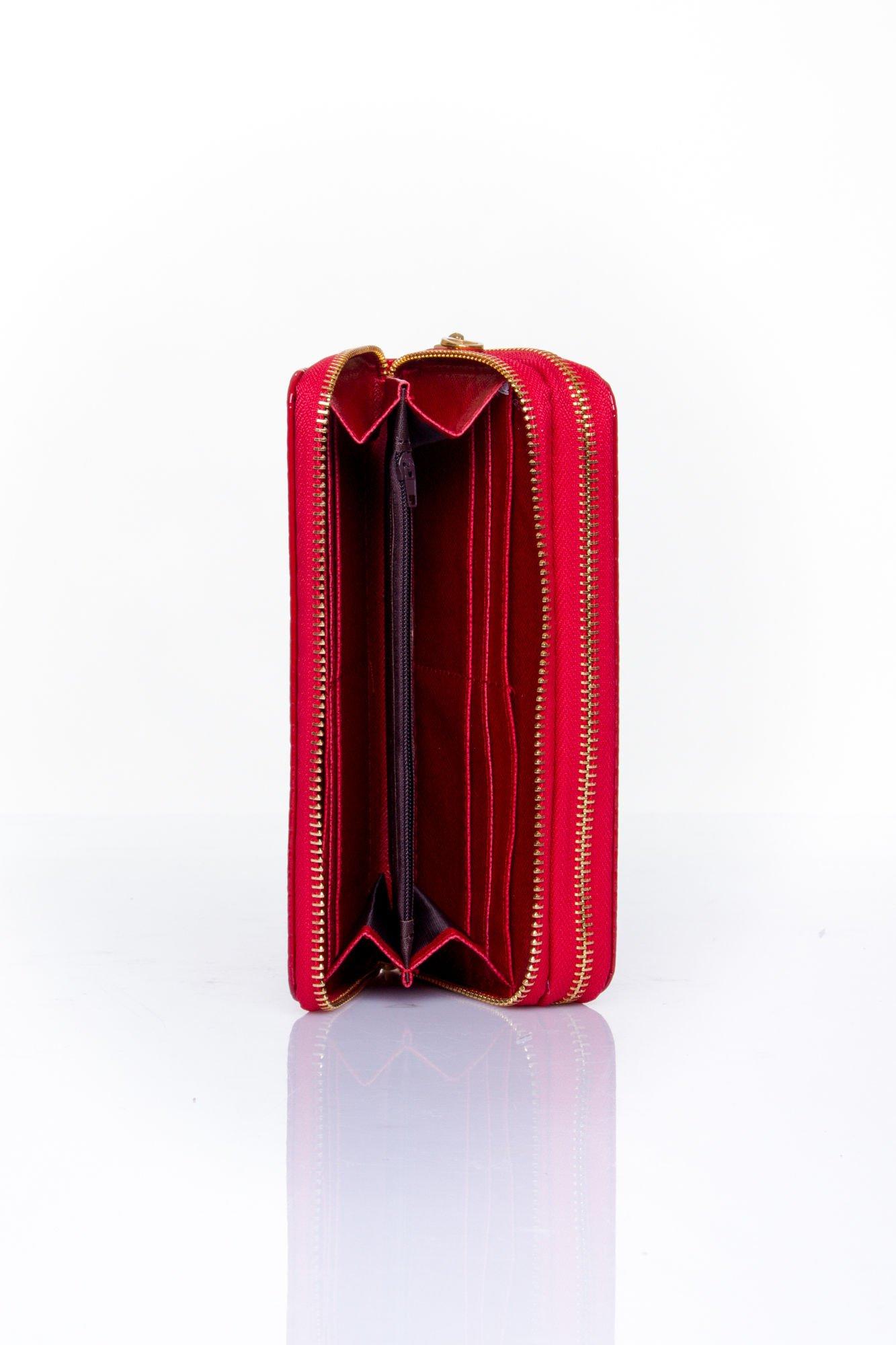 Czerwony pikowany portfel z uchwytem na rękę                                  zdj.                                  5