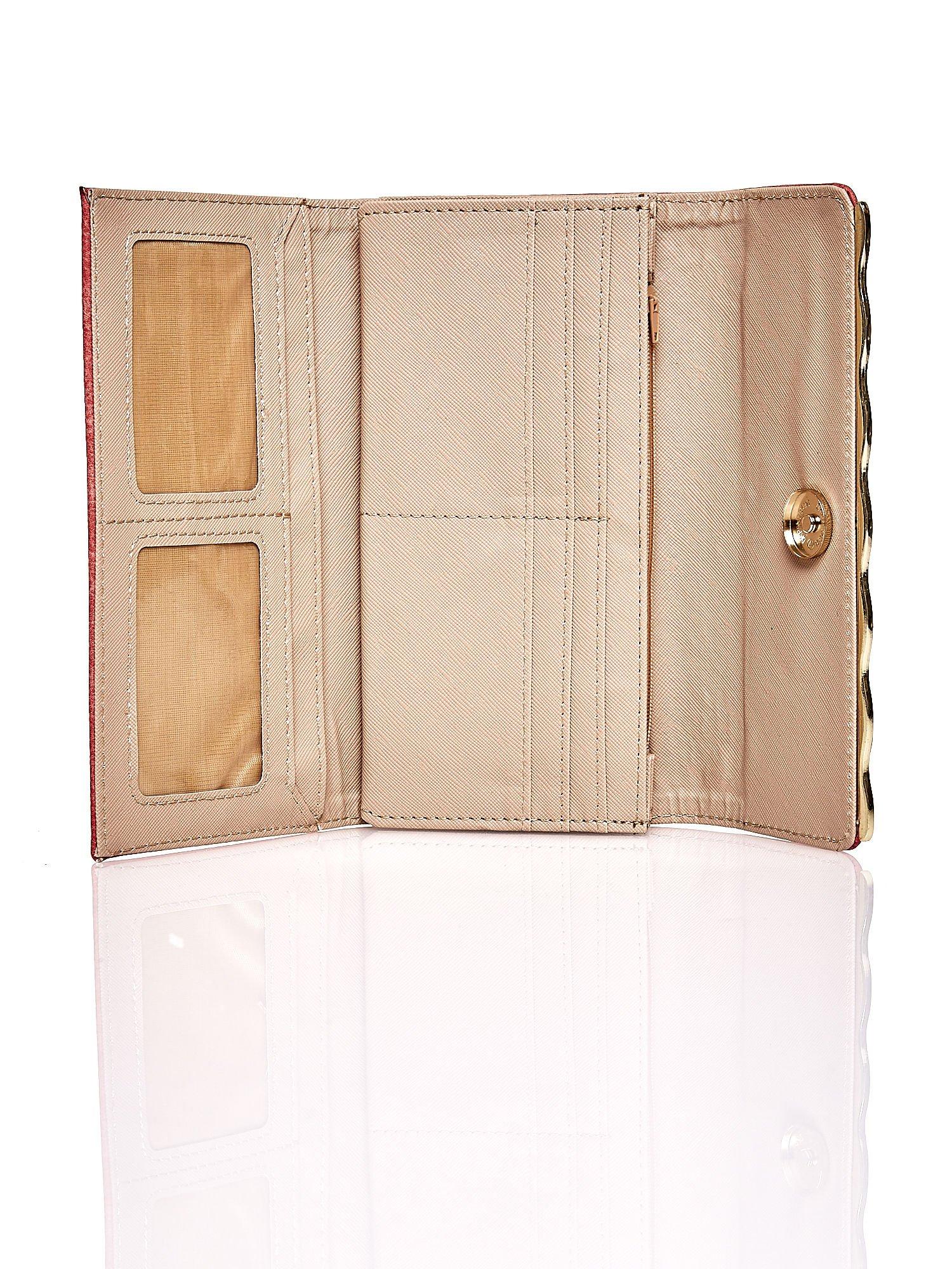 Czerwony portfel z ozdobną aplikacją                                  zdj.                                  4