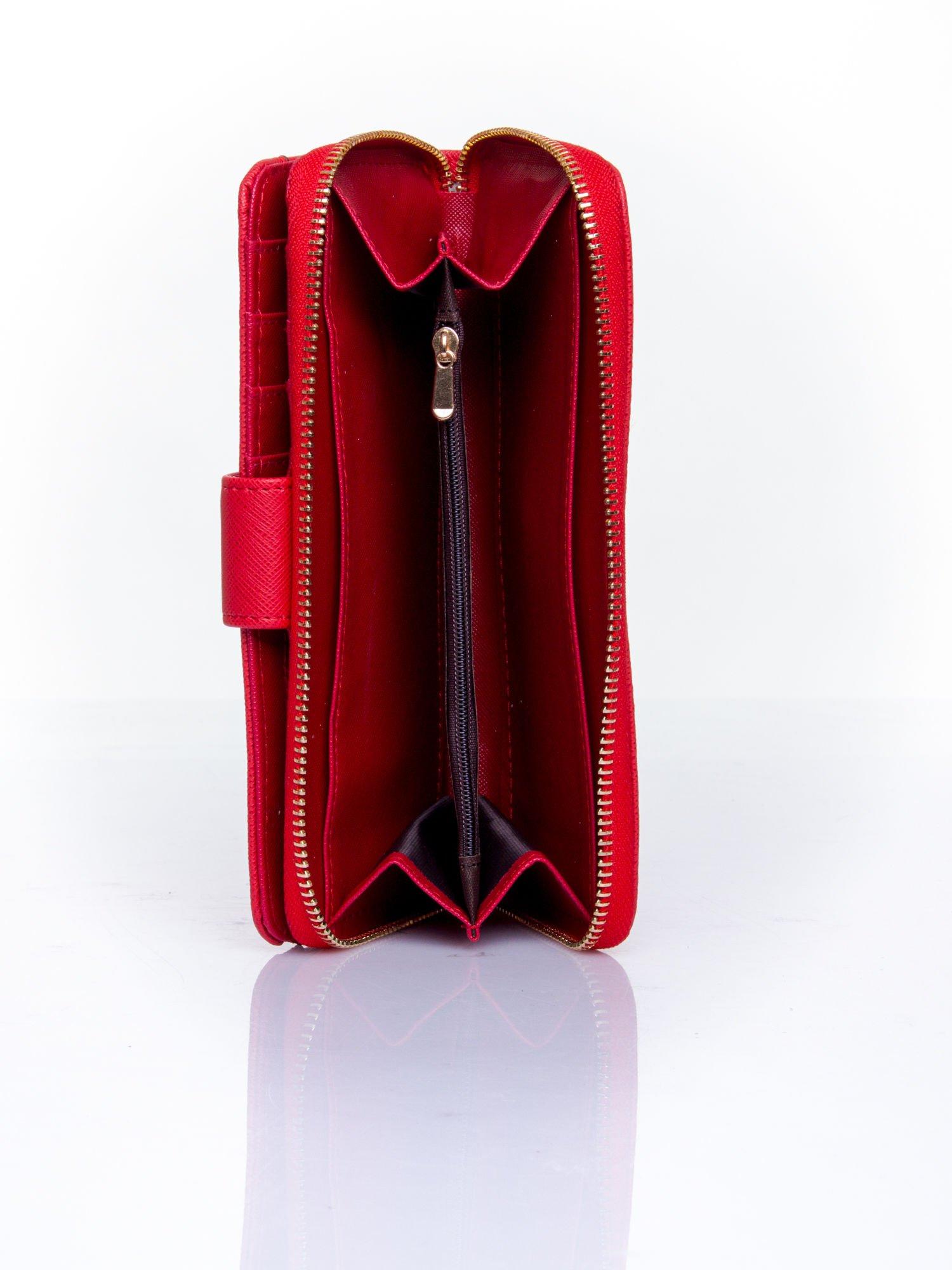 Czerwony portfel z ozdobnym zapięciem i złotym uchwytem                                  zdj.                                  5