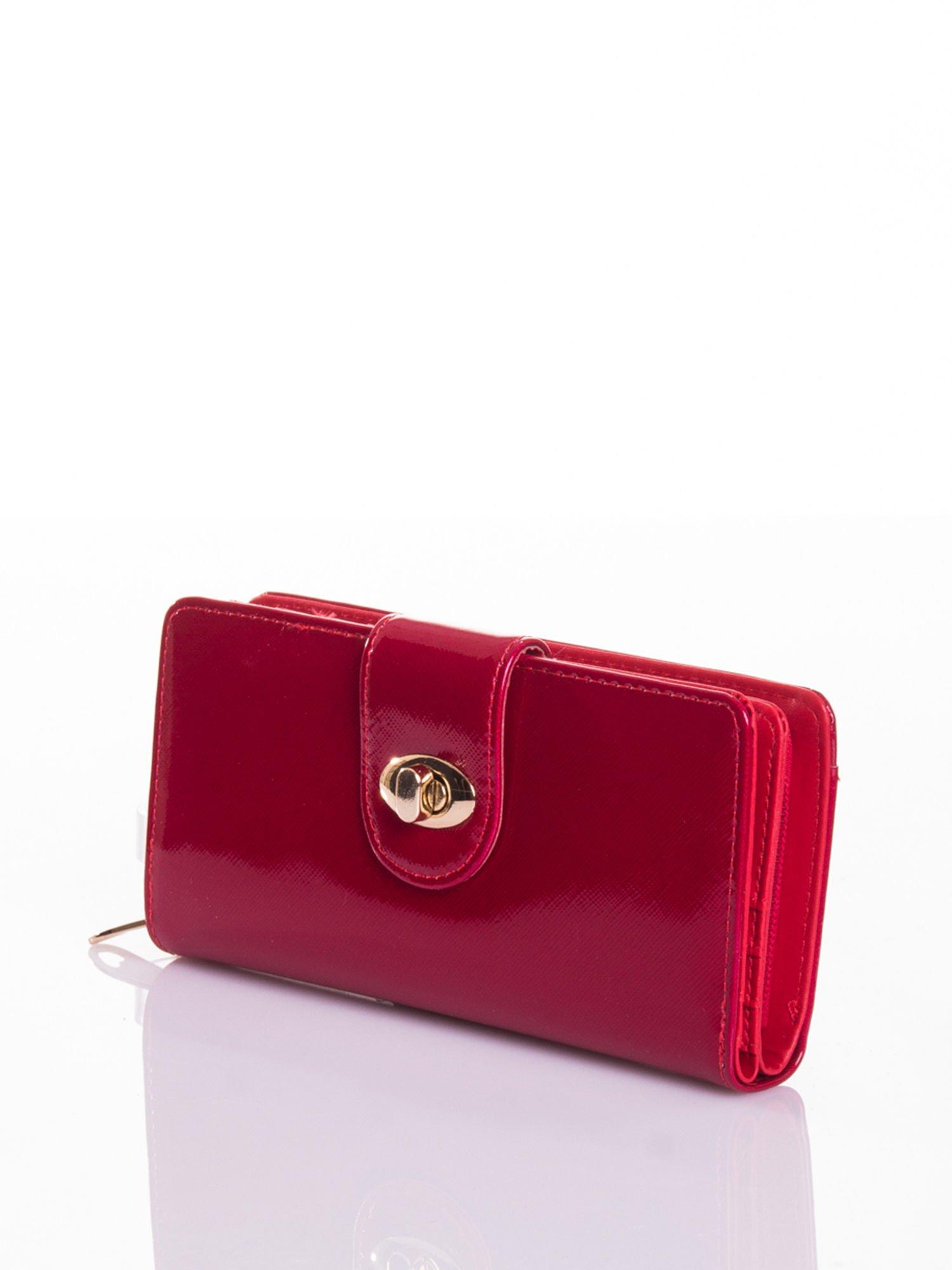 Czerwony portfel ze złotym zapięciem efekt skóry saffiano                                  zdj.                                  2