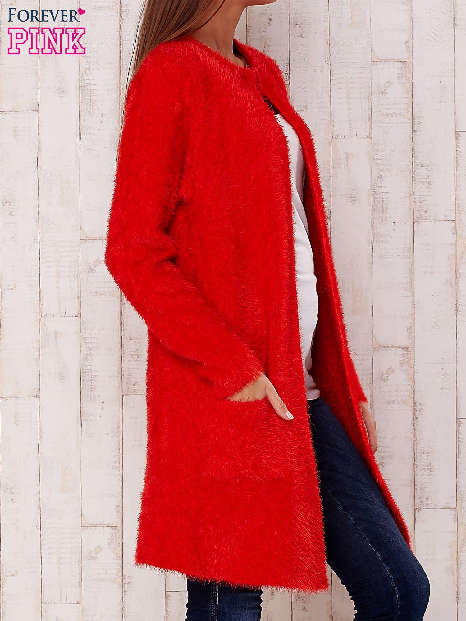Czerwony puszysty sweter z otwartym dekoltem                                  zdj.                                  3