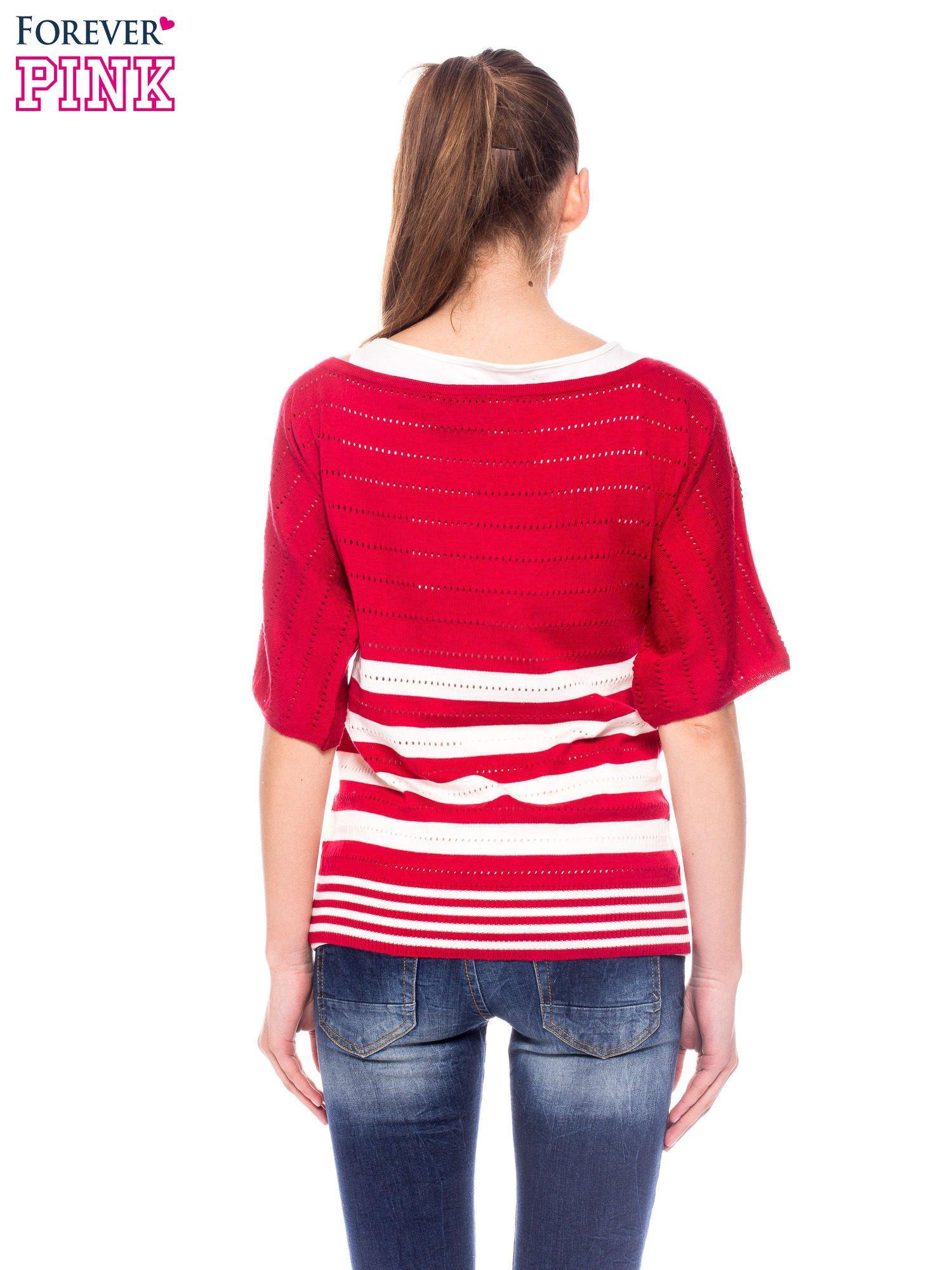 Czerwony sweter w paski z szerokim dekoltem                                  zdj.                                  4