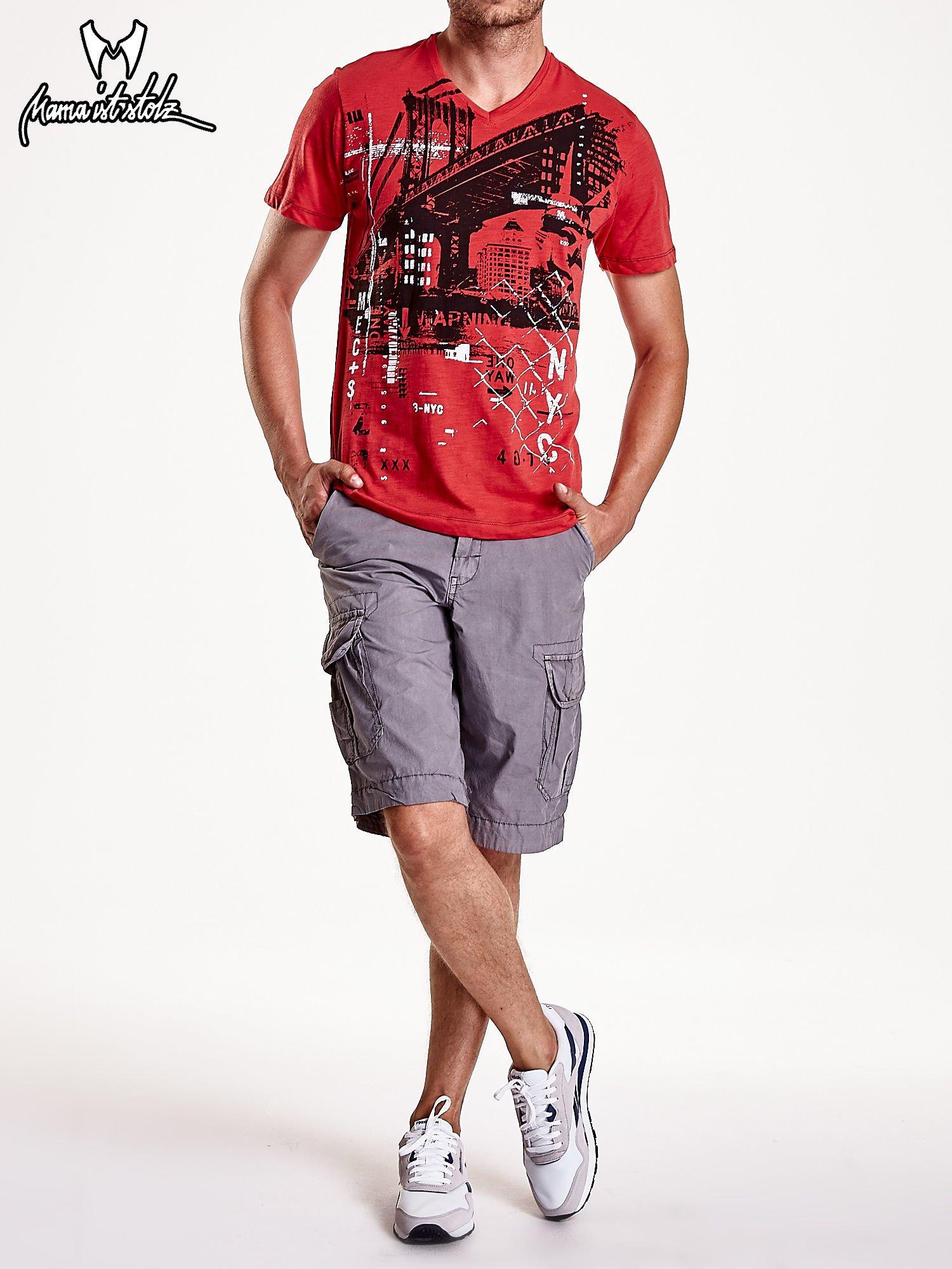 Czerwony t-shirt męski z miejskim nadrukiem                                  zdj.                                  6