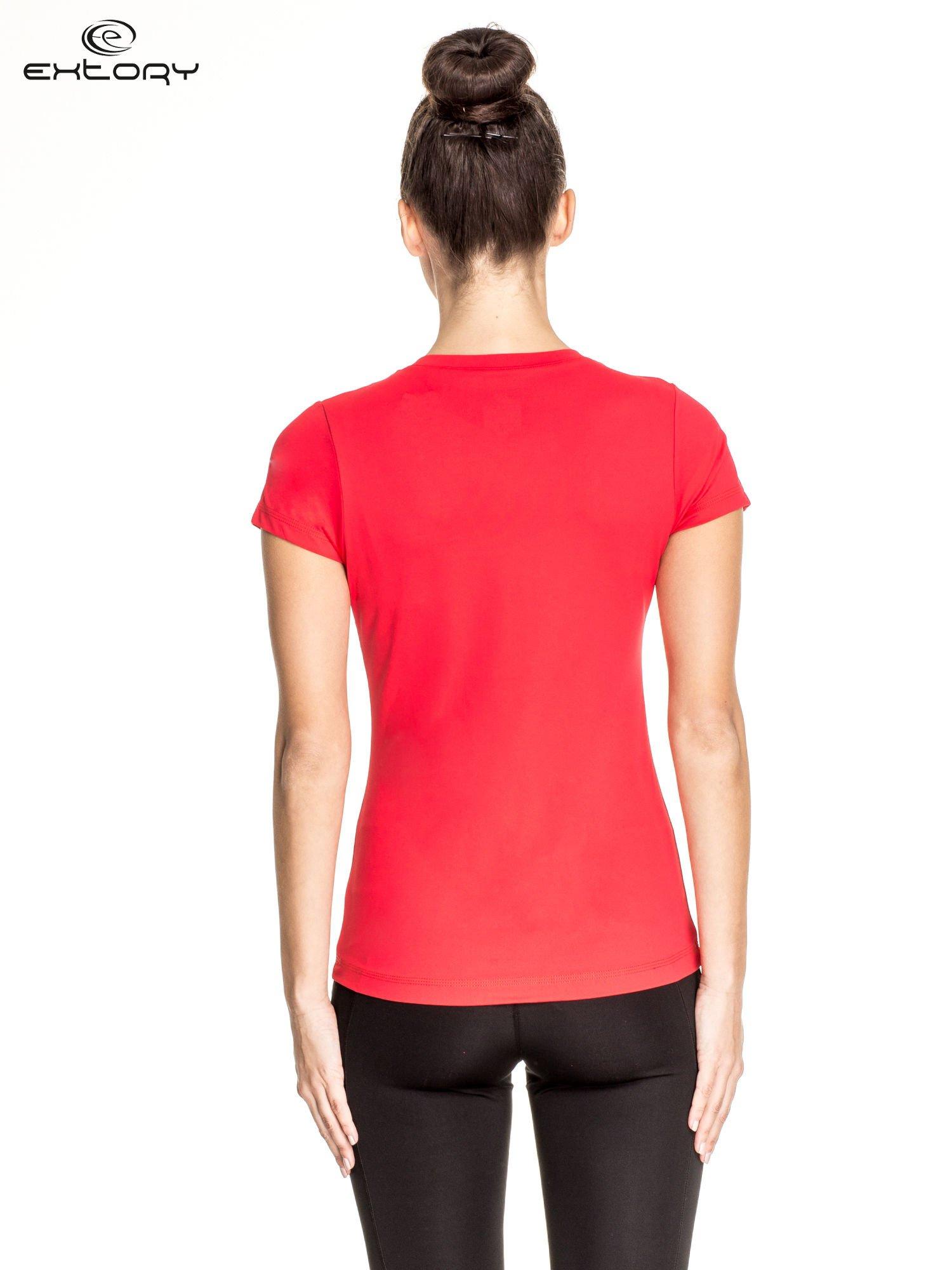 Czerwony t-shirt sportowy z dekoltem V-neck PLUS SIZE                                  zdj.                                  4