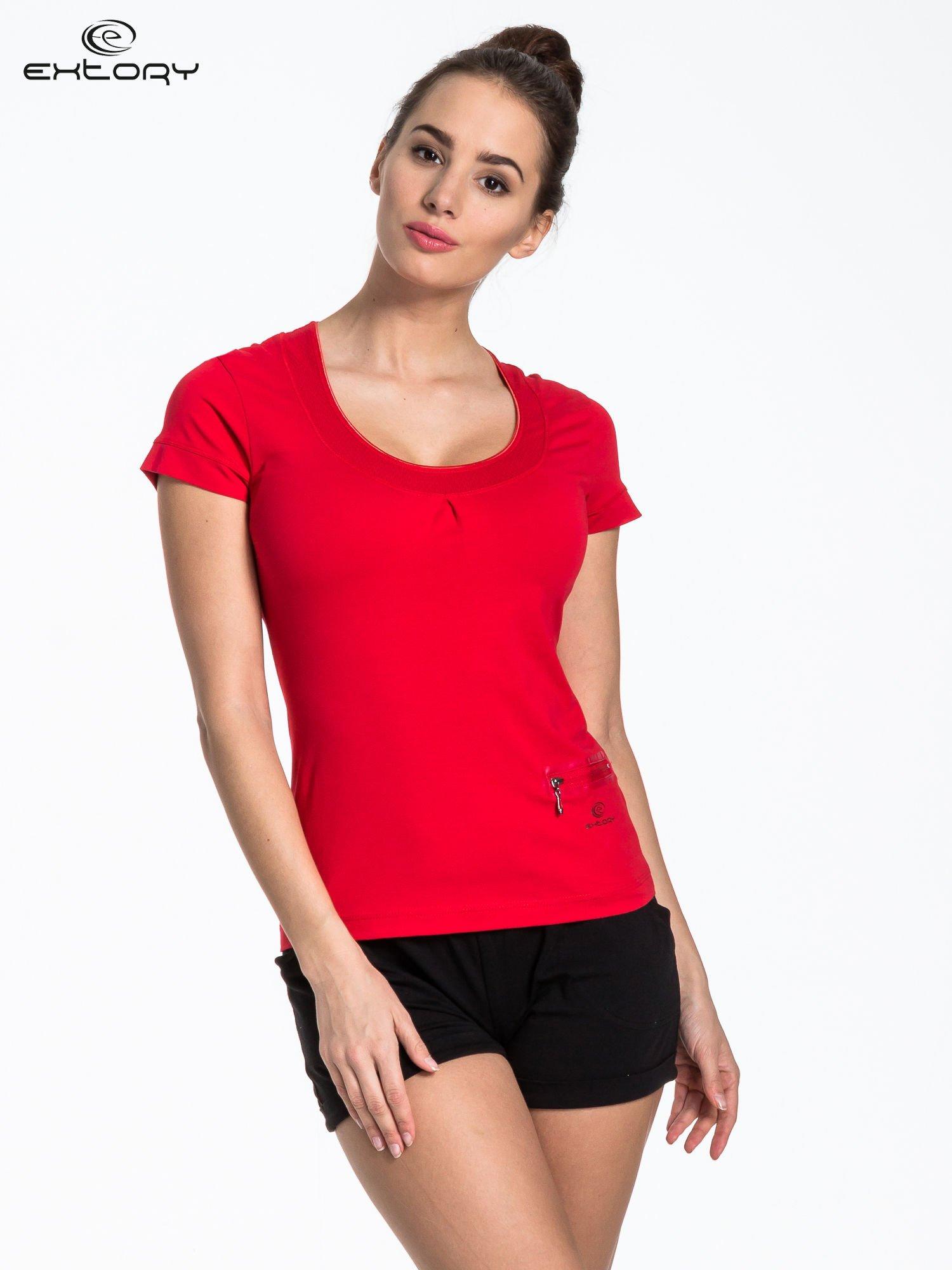 Czerwony t-shirt sportowy z kieszonką i ozdobnym dekoltem                                  zdj.                                  1