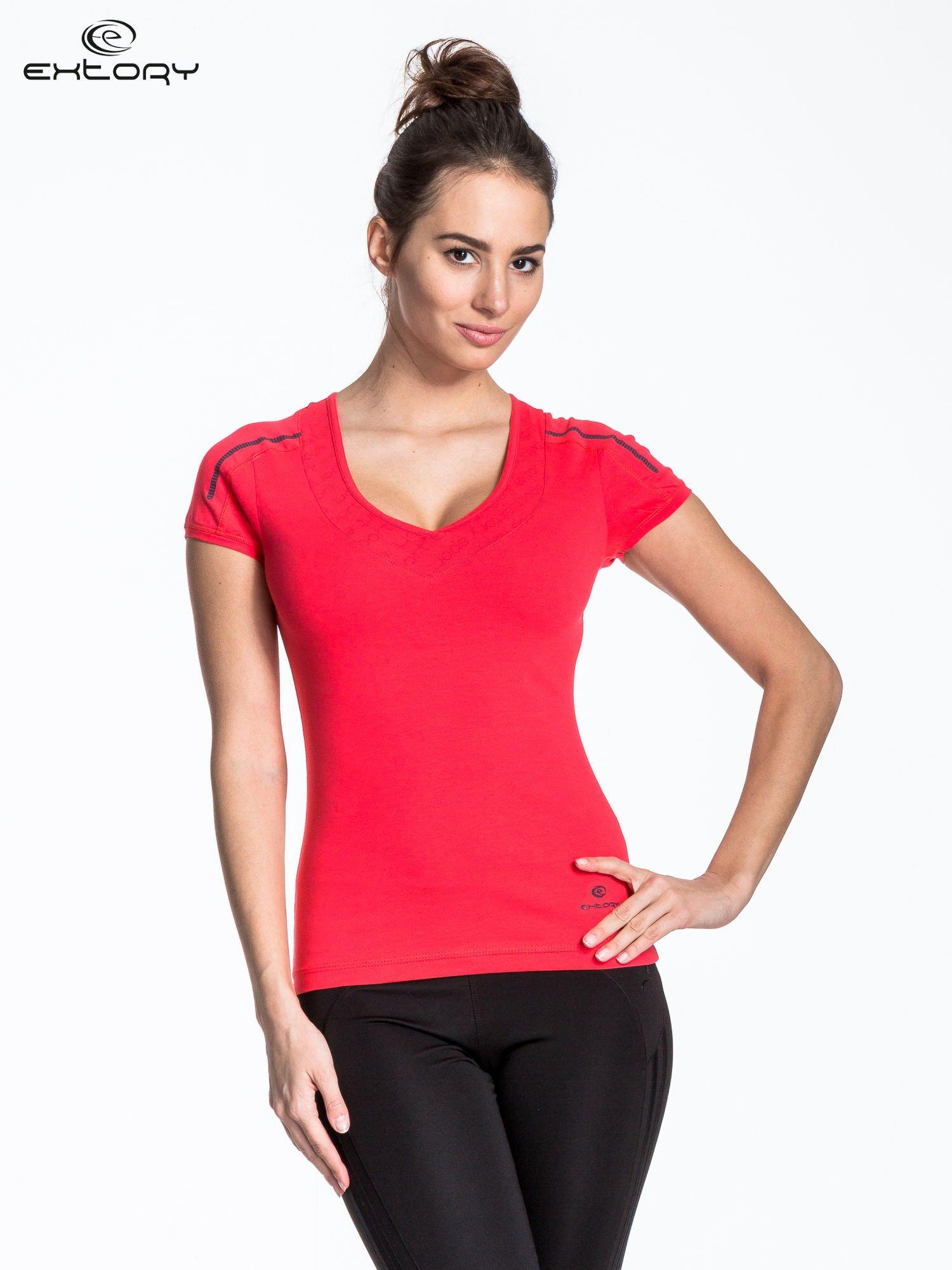 Czerwony t-shirt sportowy z przeszyciami na ramionach                                  zdj.                                  1