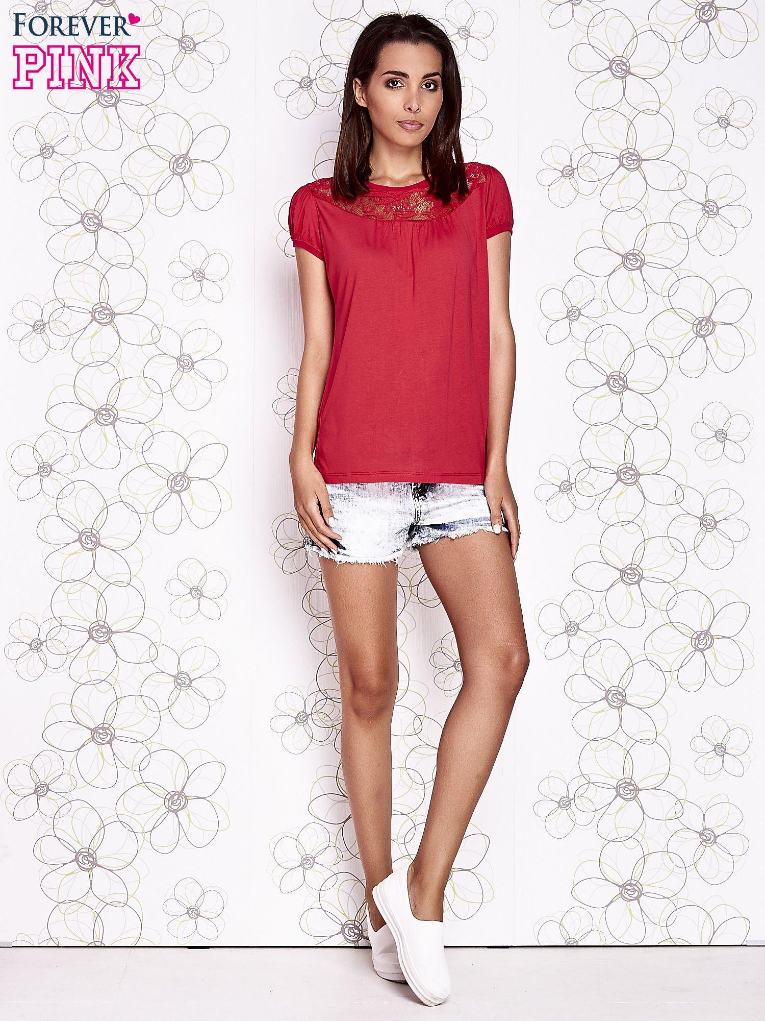 Czerwony t-shirt z ażurowym motywem                                  zdj.                                  4