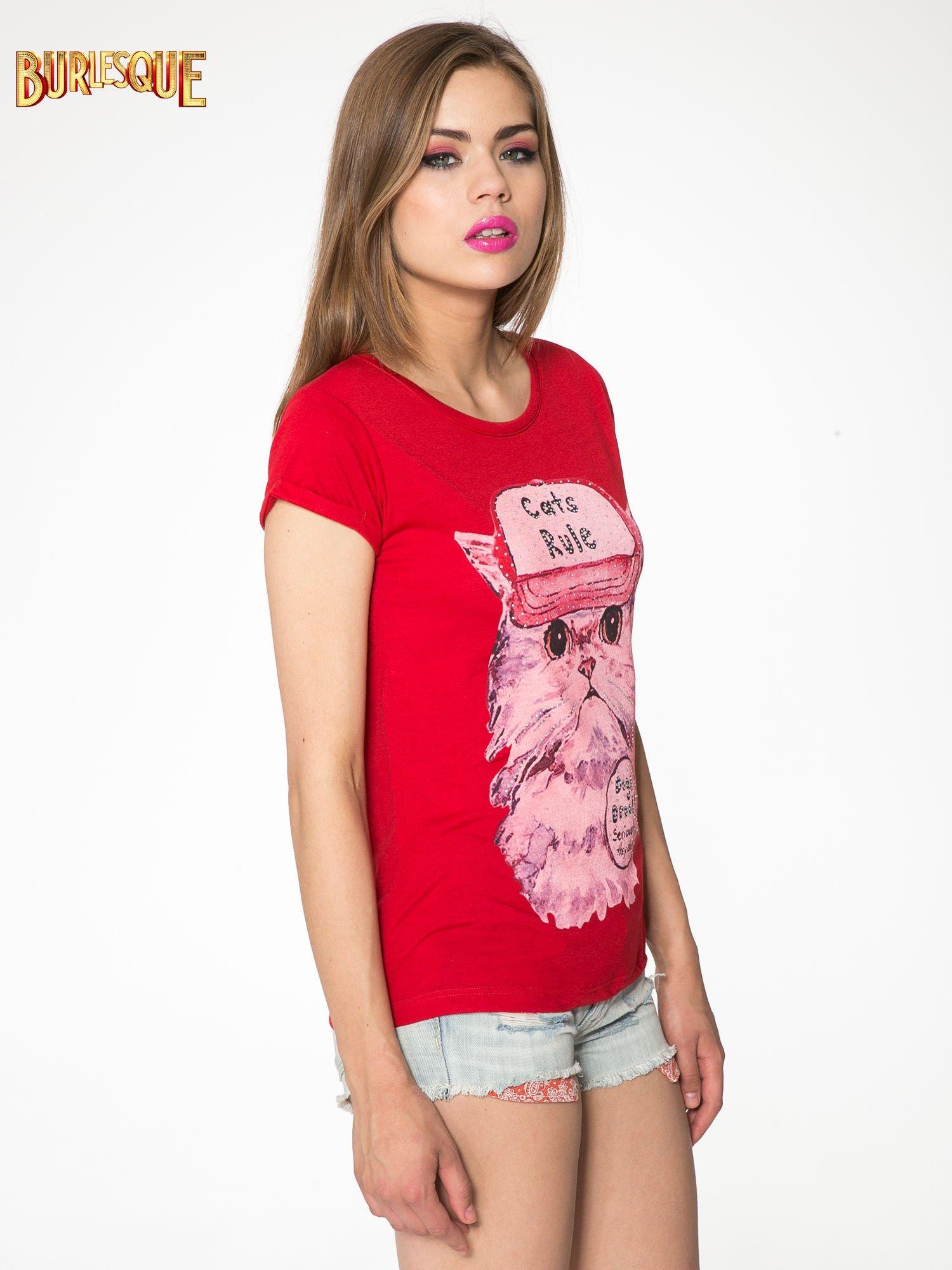 Czerwony t-shirt z nadrukiem kota i napisem CATS RULE                                  zdj.                                  3
