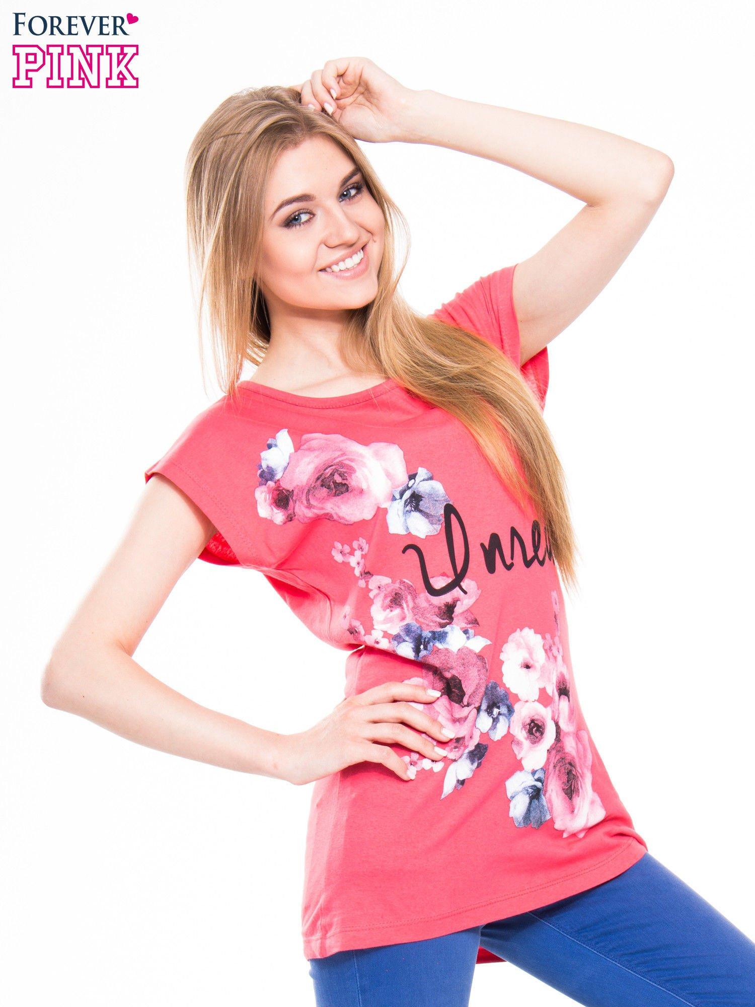 Czerwony  t-shirt z nadrukiem kwiatów i napisem DREAM                                  zdj.                                  2
