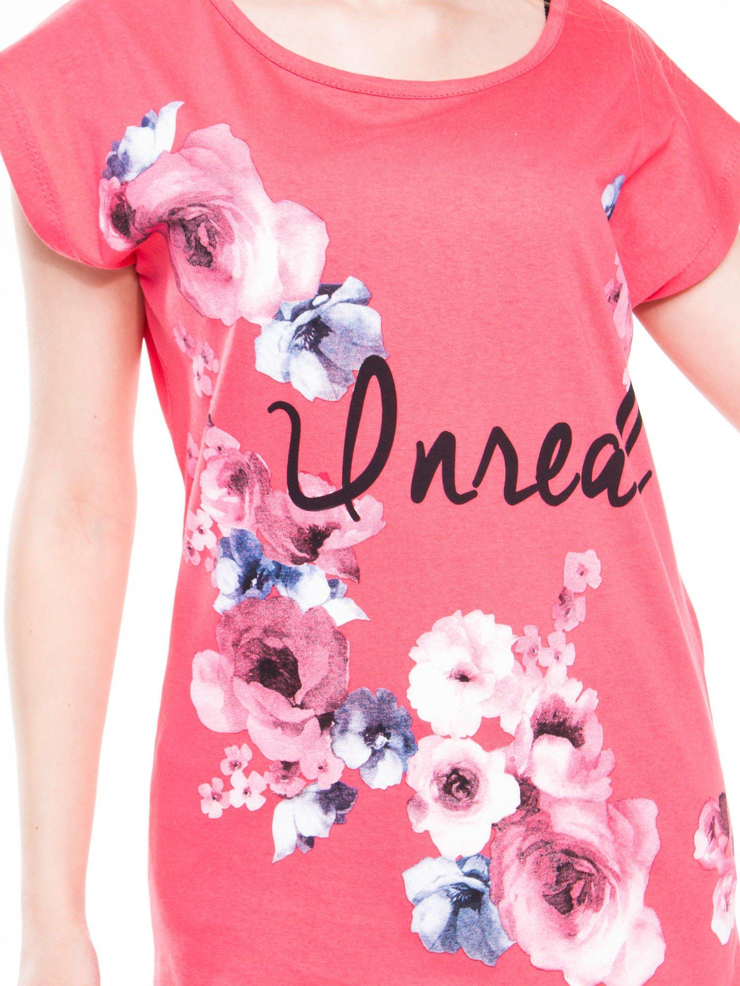 Czerwony  t-shirt z nadrukiem kwiatów i napisem DREAM                                  zdj.                                  4