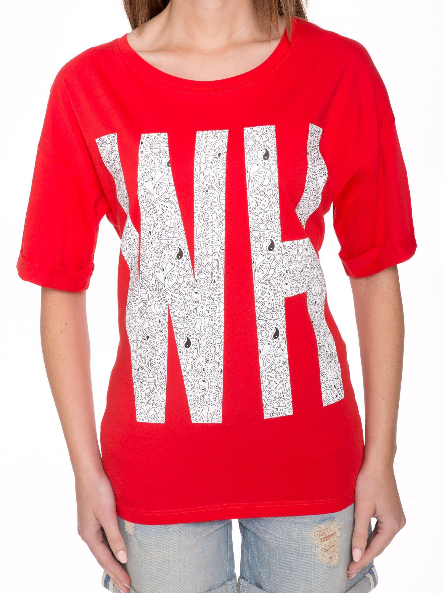Czerwony t-shirt z nadukiem WHY? z przodu i na plecach                                  zdj.                                  7