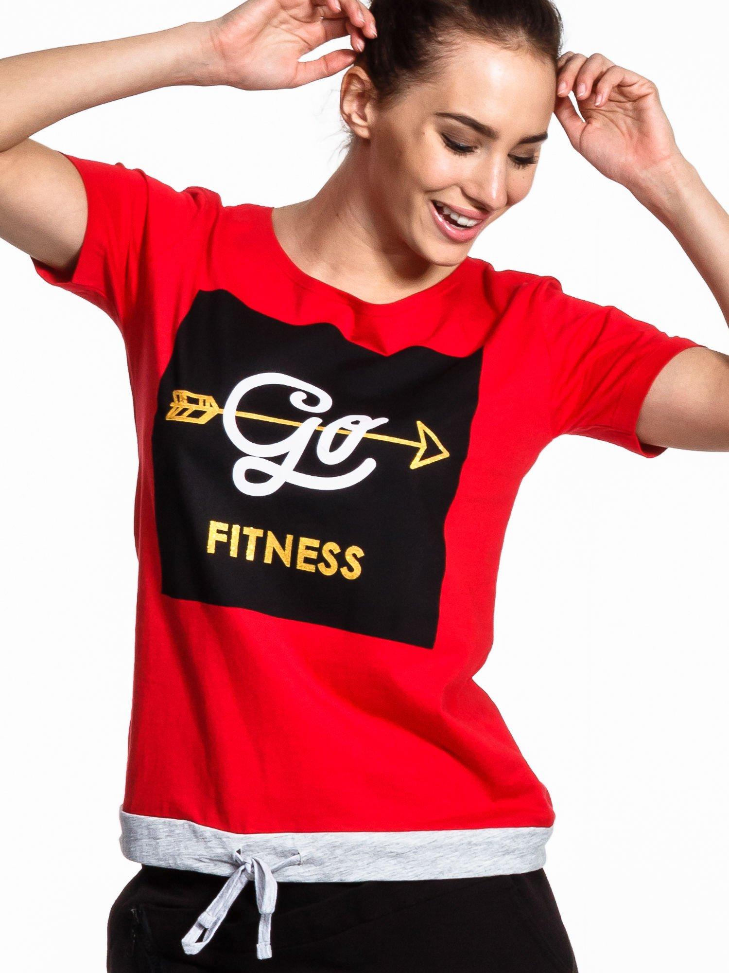 Czerwony t-shirt z napisem GO FITNESS                                  zdj.                                  4