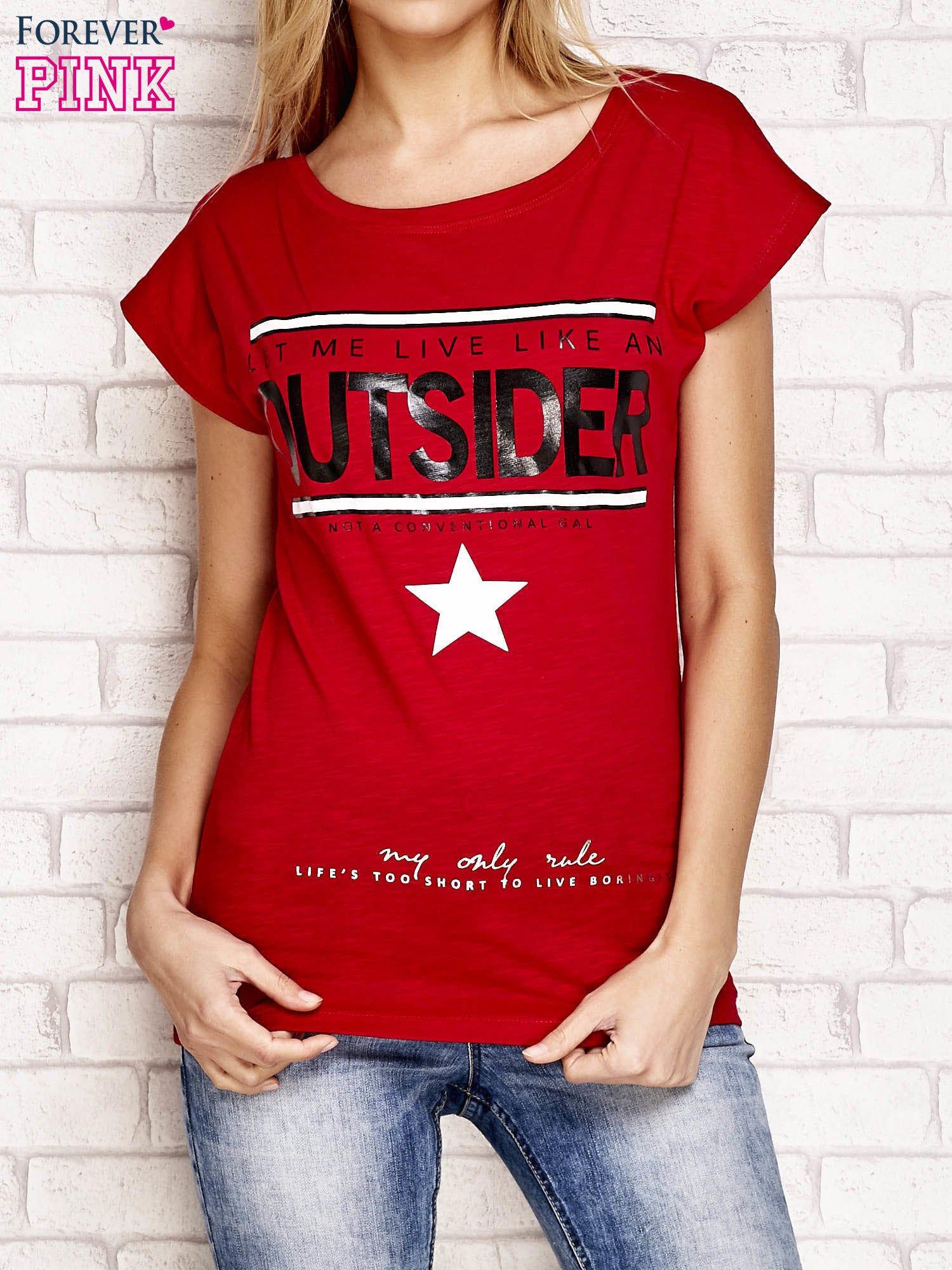 Czerwony t-shirt z napisem OUTSIDER                                  zdj.                                  1