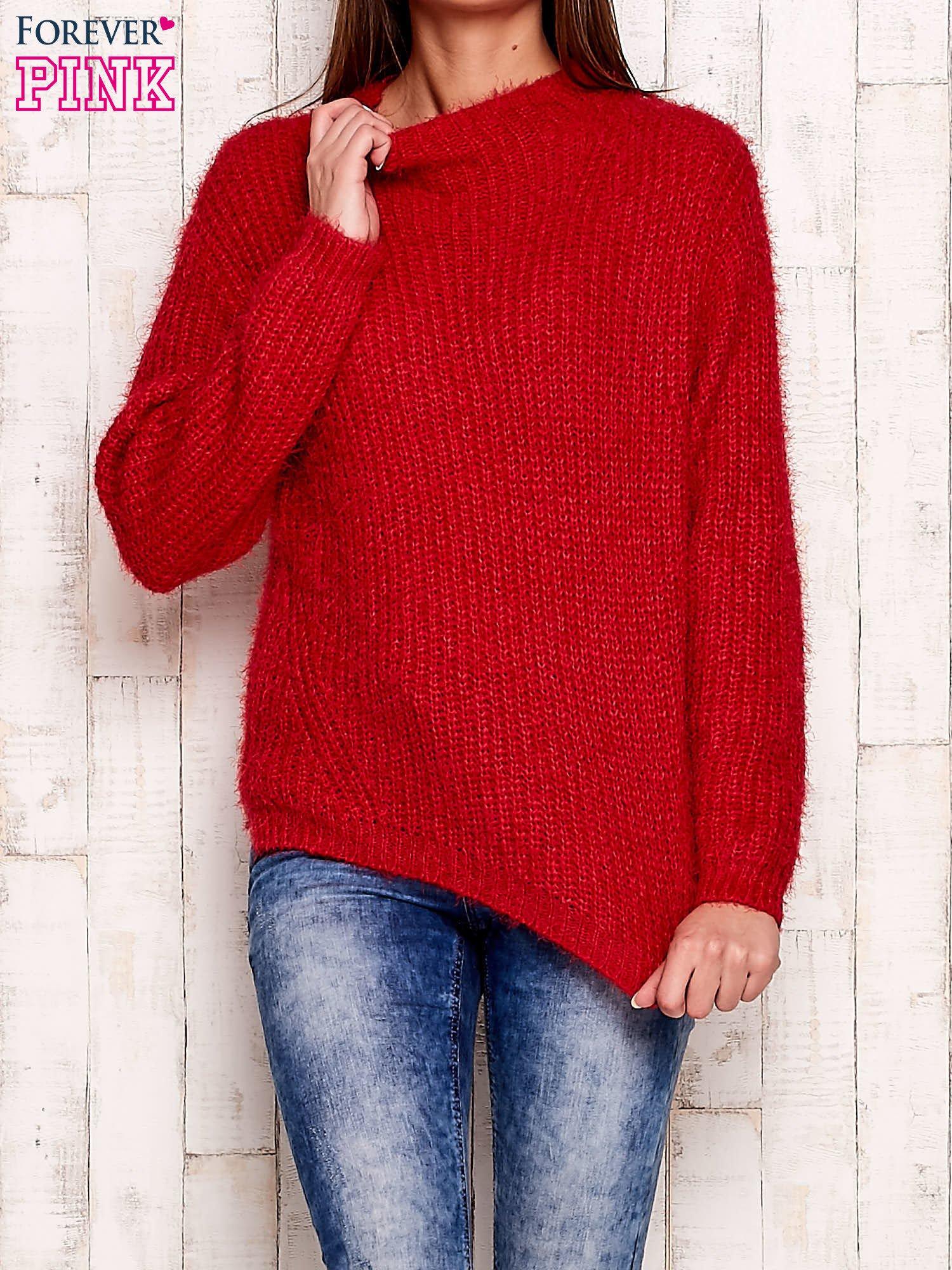 Czerwony włochaty sweter z półgolfem                                  zdj.                                  1