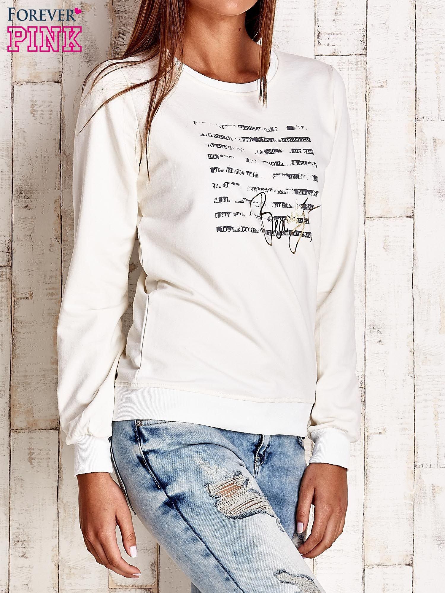 Ecru bluza z tekstowym nadrukiem                                  zdj.                                  3