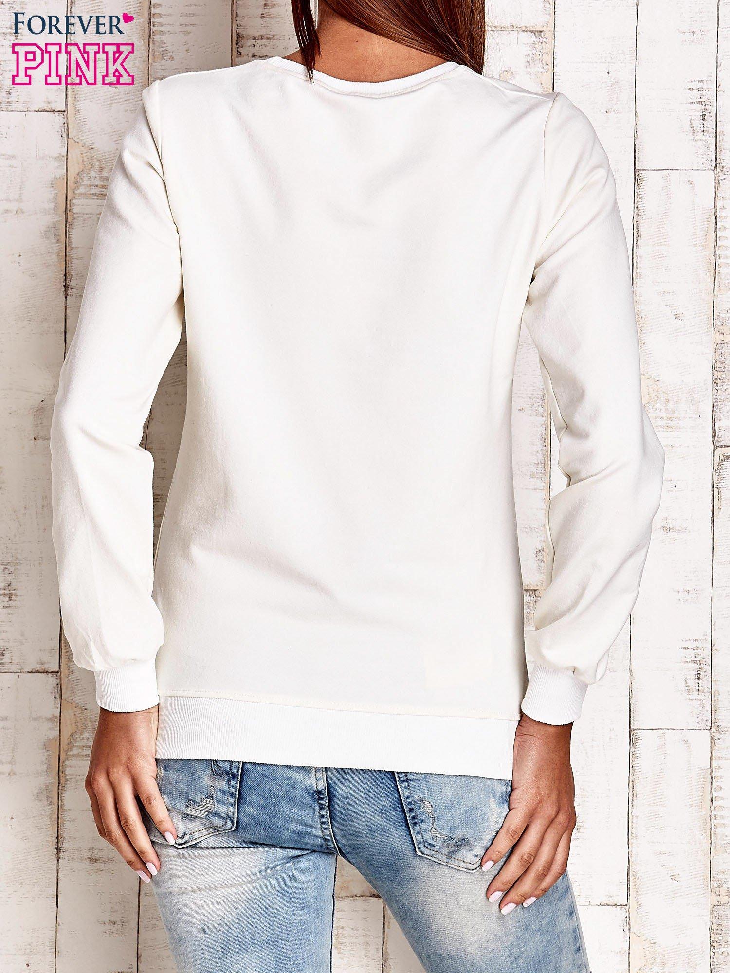 Ecru bluza z tekstowym nadrukiem                                  zdj.                                  2