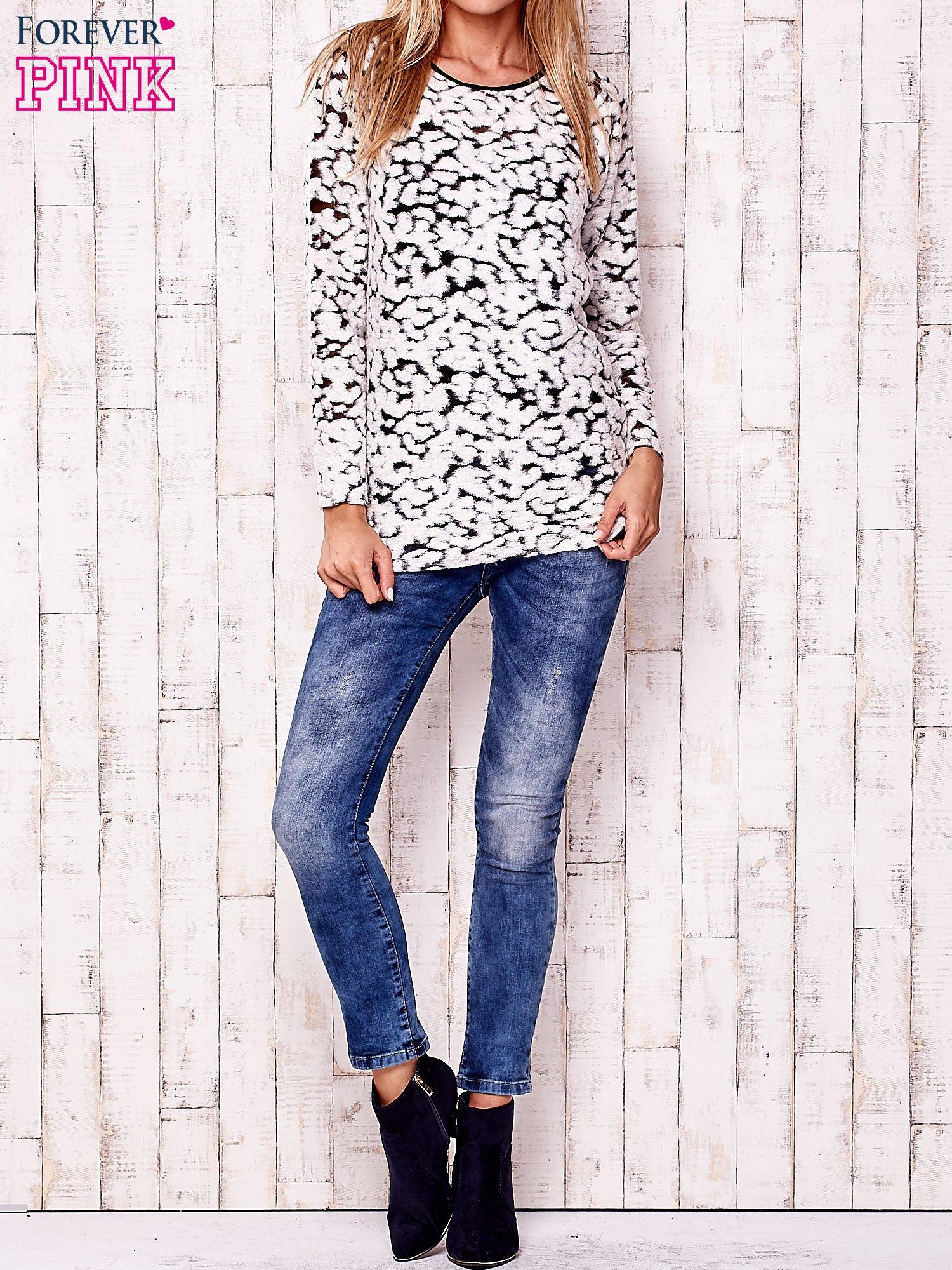 Ecru cienki sweter w abstrakcyjne wzory                                  zdj.                                  2