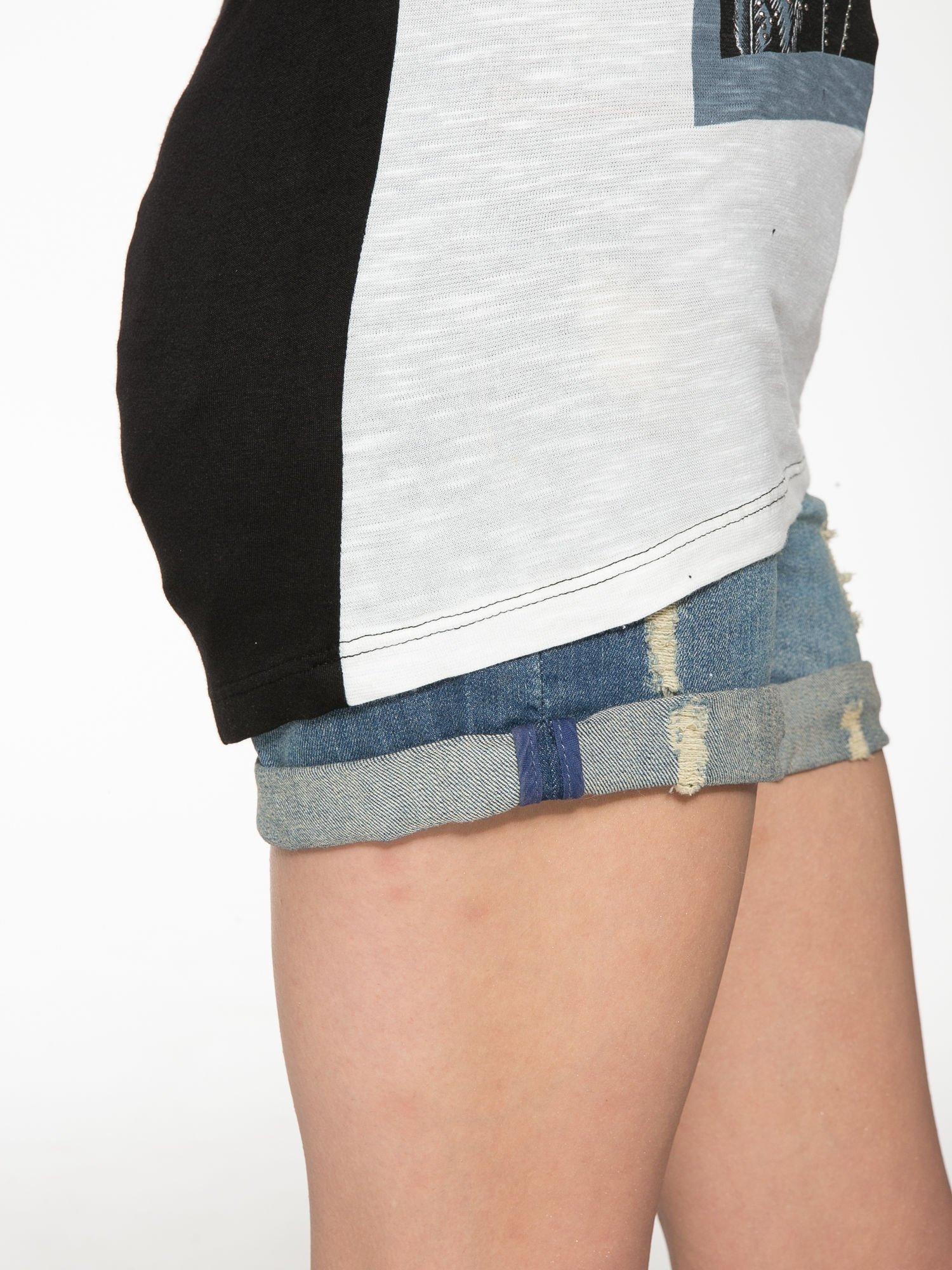 Ecru-czarny t-shirt z nadrukiem piórek zdobionych dżetami                                  zdj.                                  9