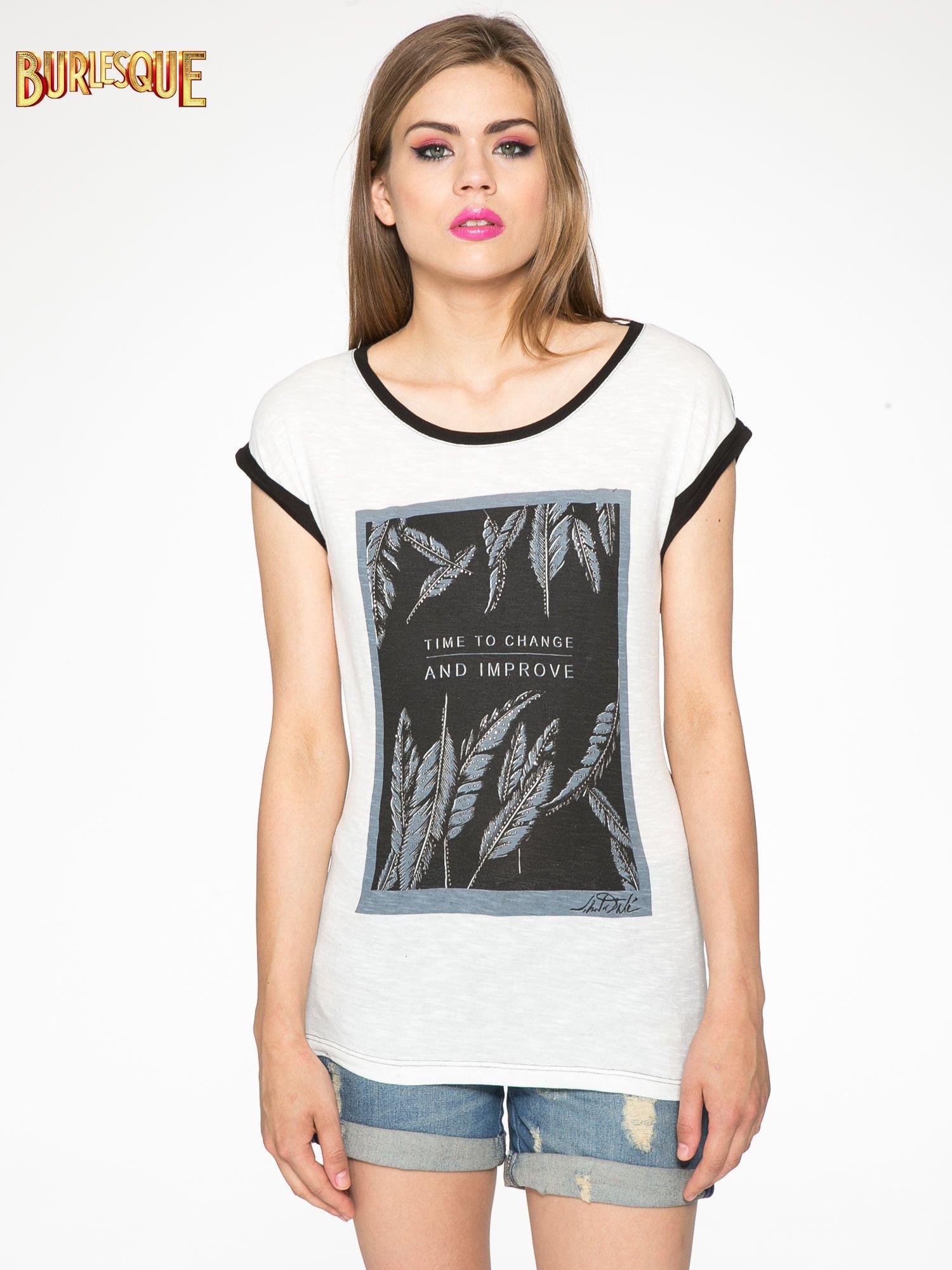 Ecru-czarny t-shirt z nadrukiem piórek zdobionych dżetami                                  zdj.                                  3