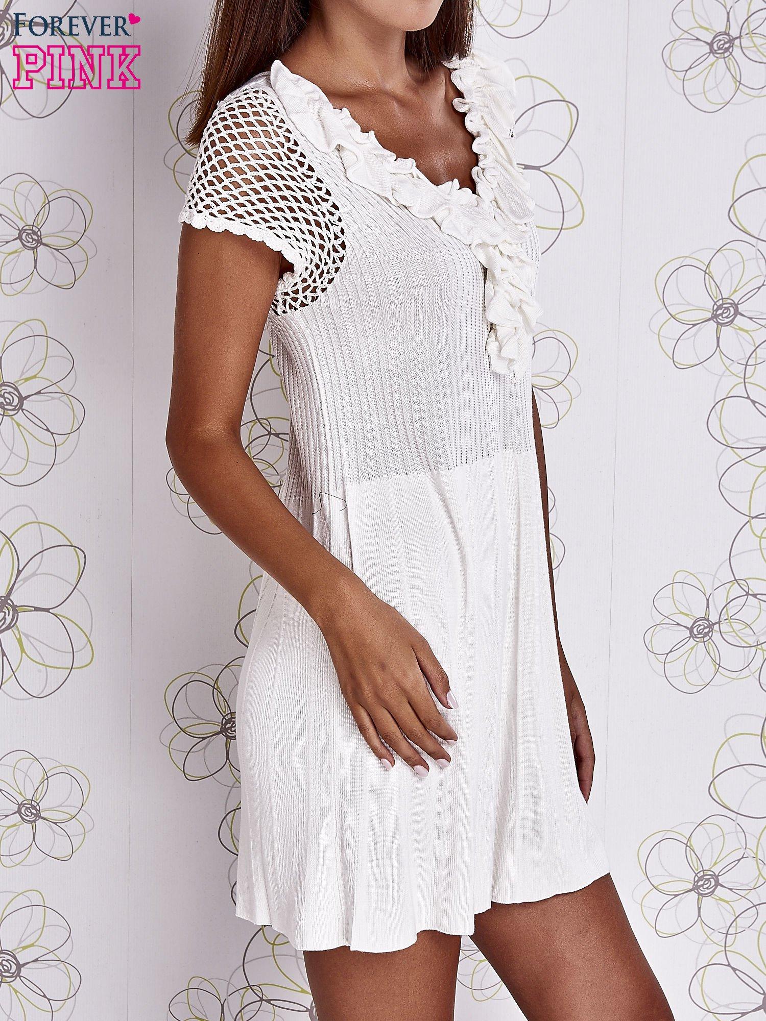 Ecru dzianinowa sukienka z żabotem i ażurowymi rękawami                                  zdj.                                  3