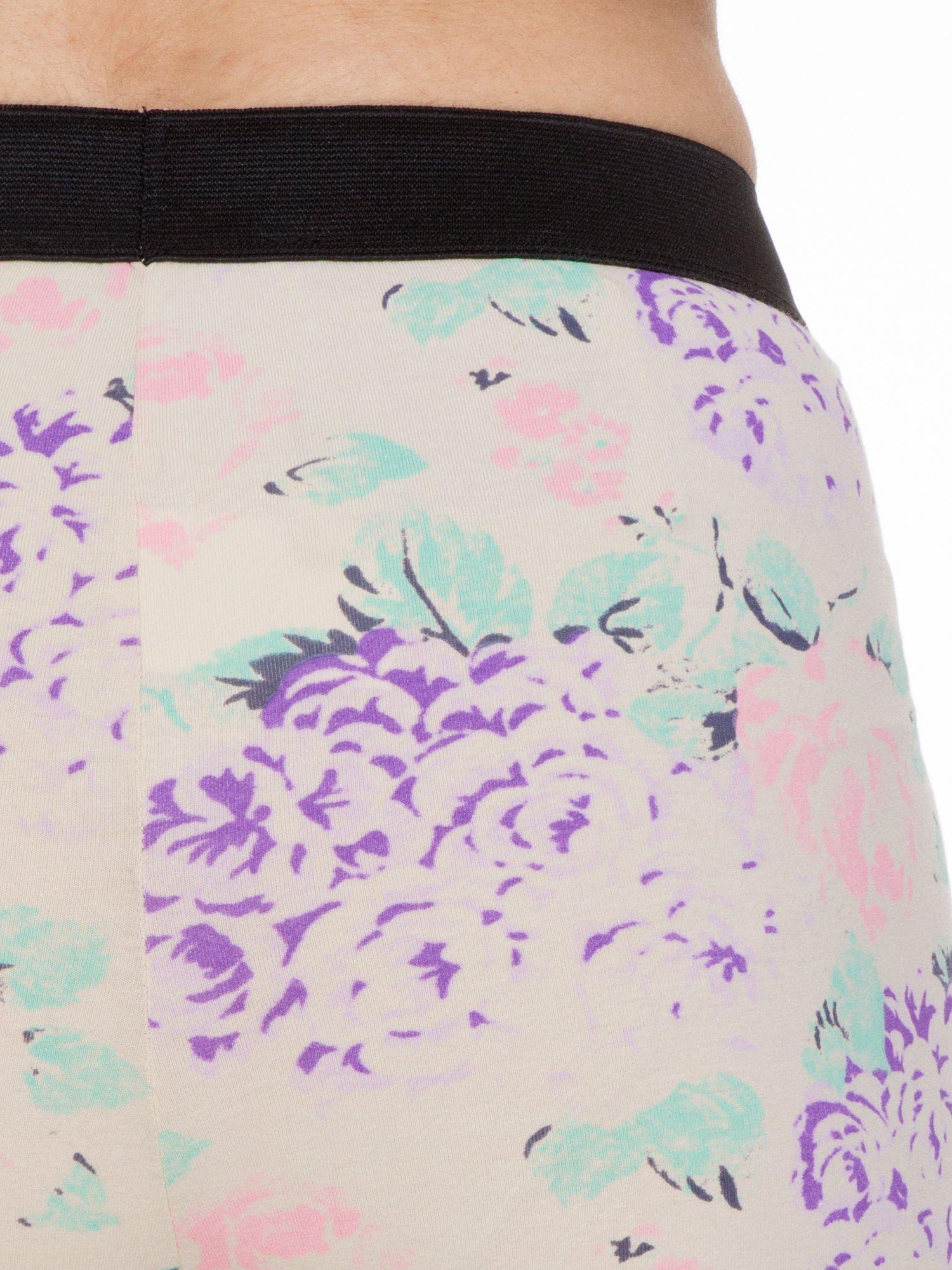 Ecru legginsy we wzór floral print z elastyczną gumą w pasie                                  zdj.                                  7