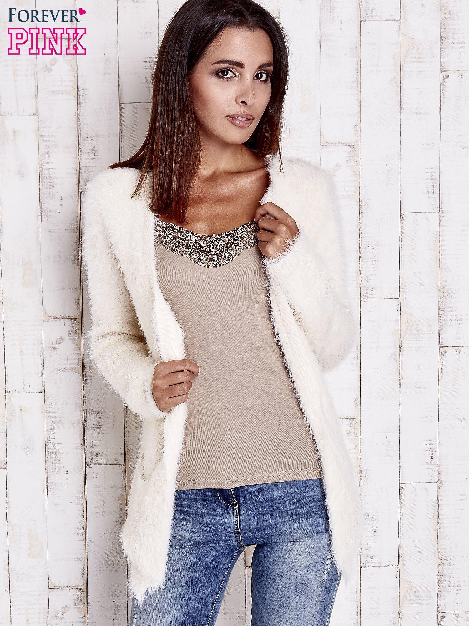 Ecru puszysty sweter z bocznymi kieszeniami                                  zdj.                                  7