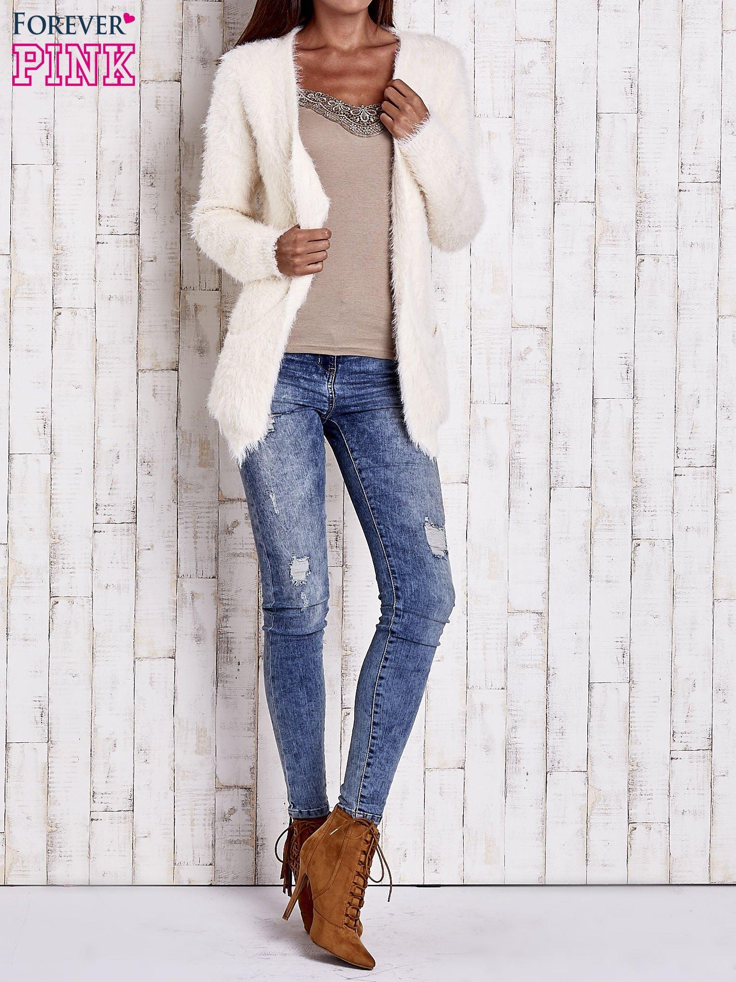 Ecru puszysty sweter z bocznymi kieszeniami                                  zdj.                                  8