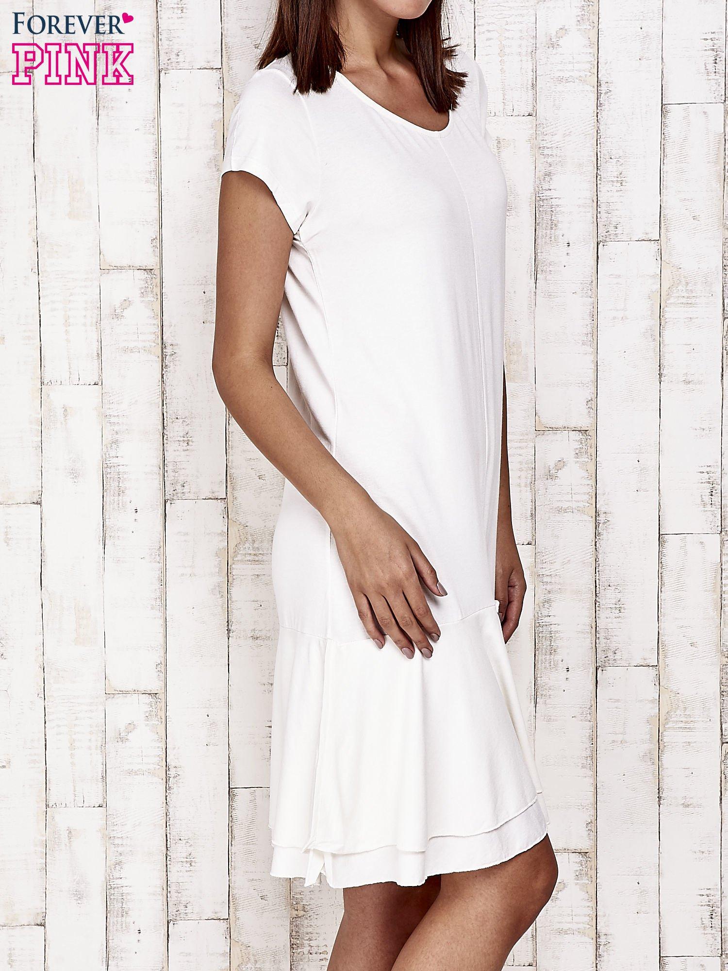Ecru sukienka dresowa z ozdobną falbaną                                  zdj.                                  3