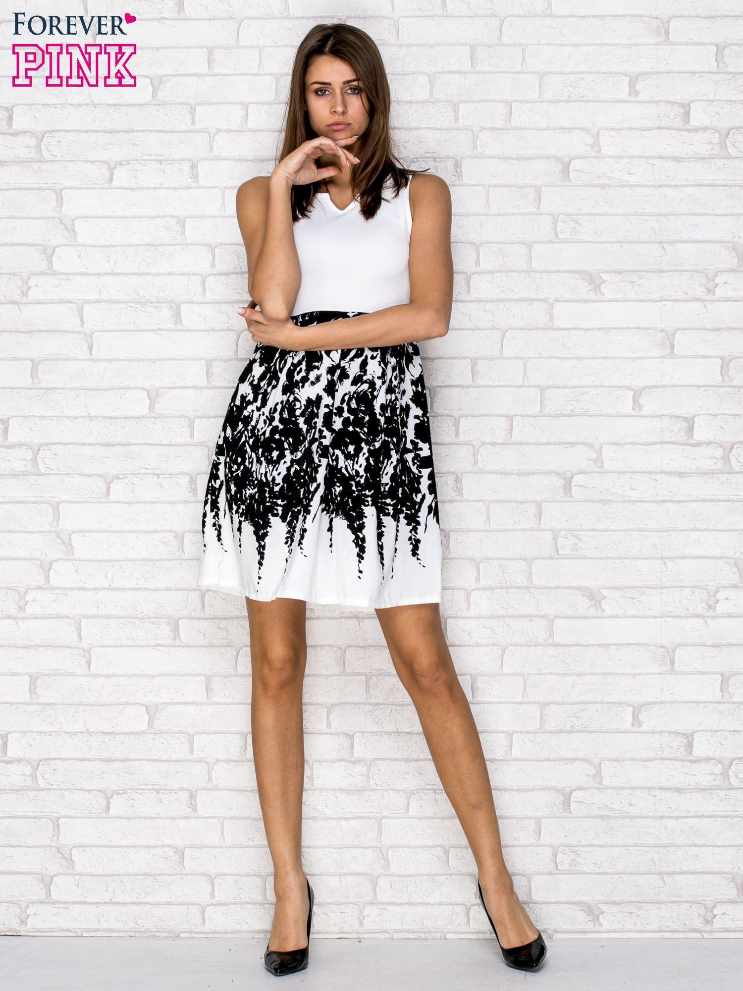 Ecru sukienka z wzorzystym dołem                                  zdj.                                  4