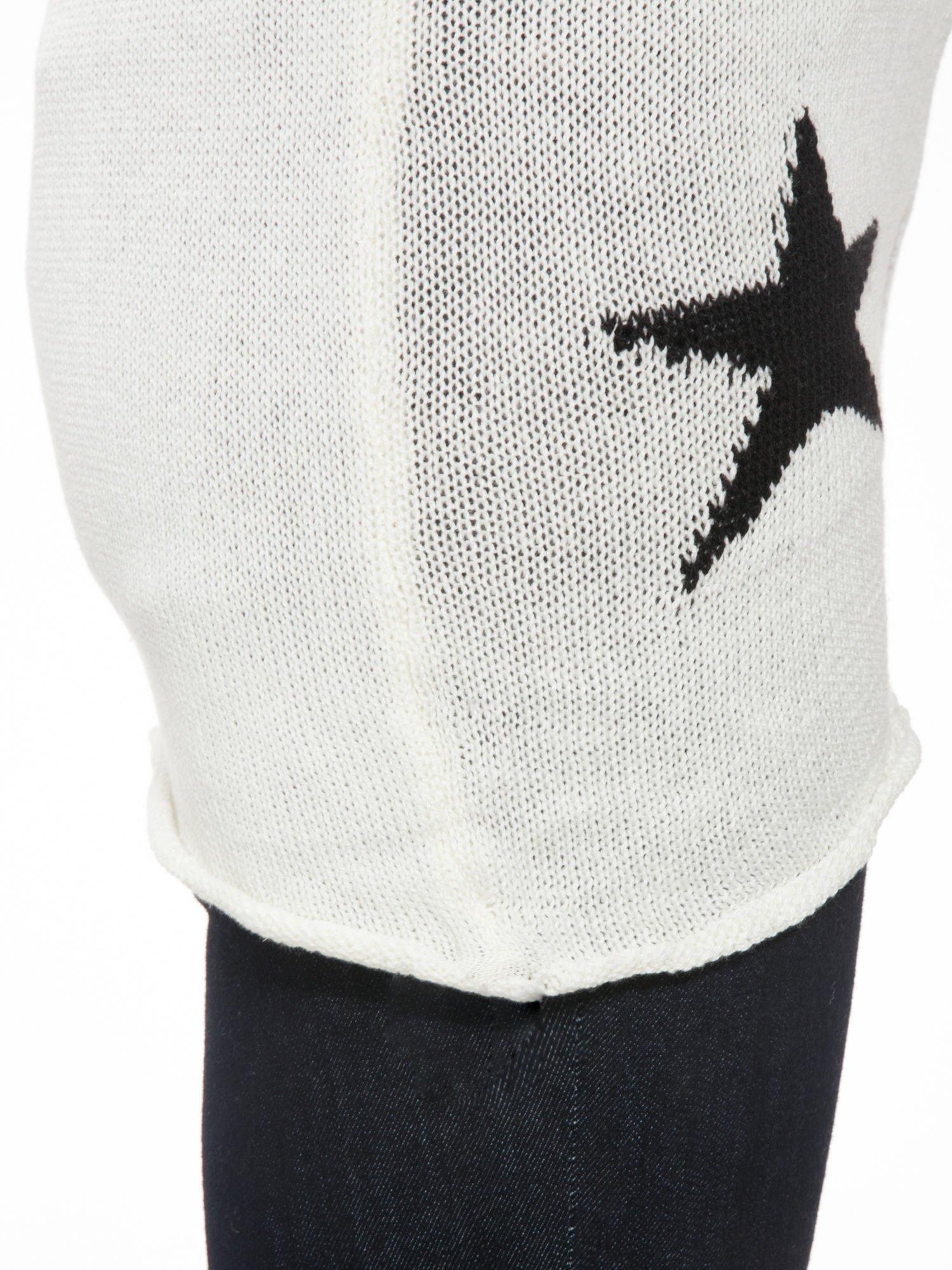 Ecru sweter w gwiazdy z efektem destroyed                                  zdj.                                  7