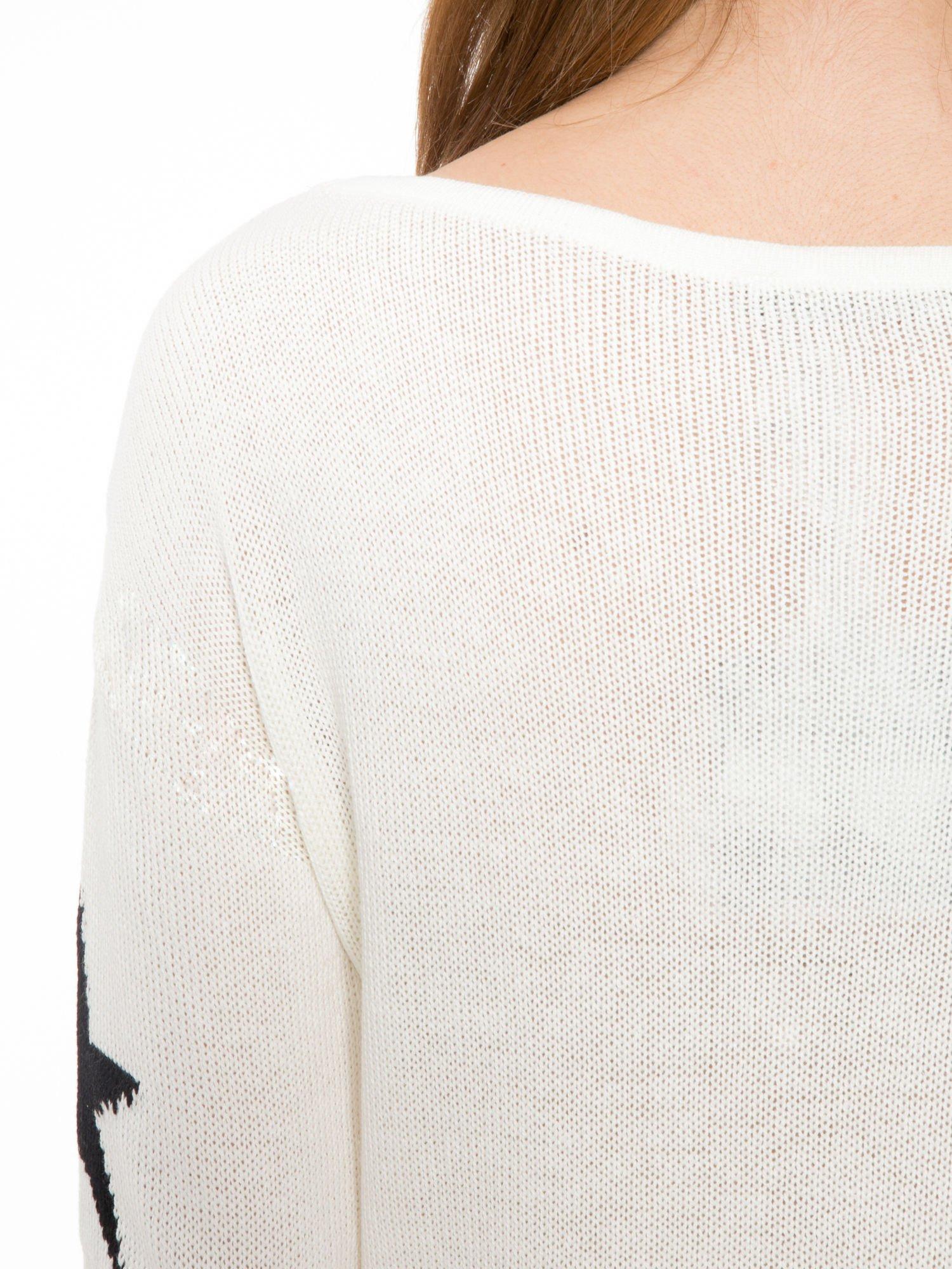 Ecru sweter w gwiazdy z efektem destroyed                                  zdj.                                  8