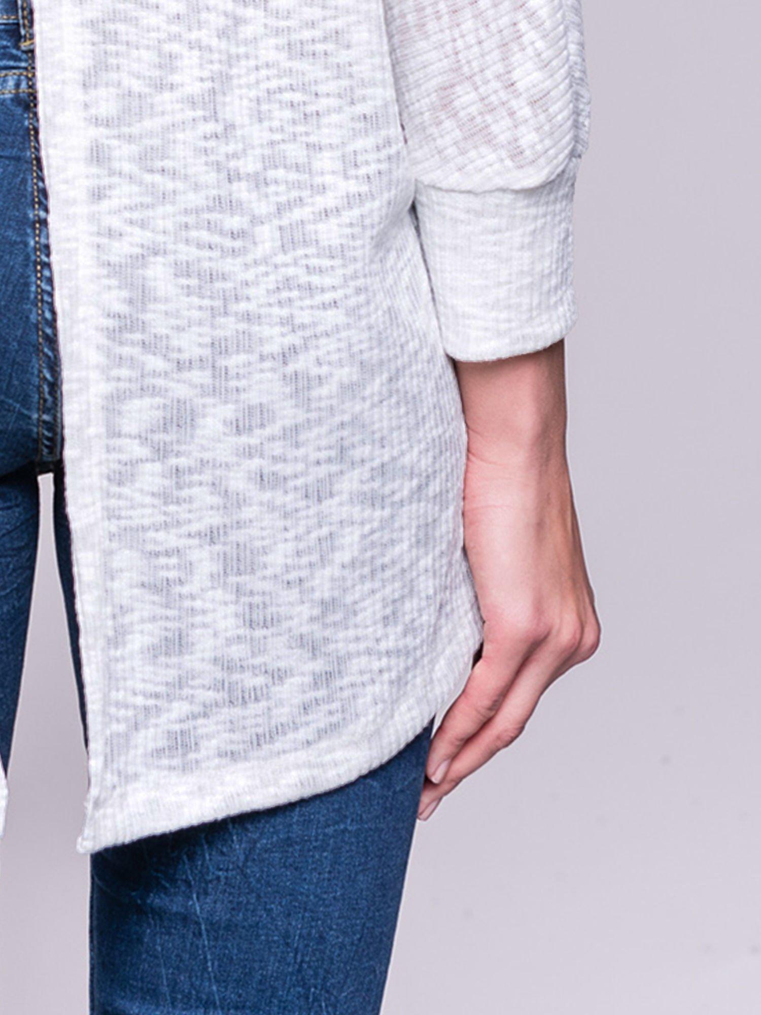 Ecru sweter z rozcięciem na plecach                                  zdj.                                  7