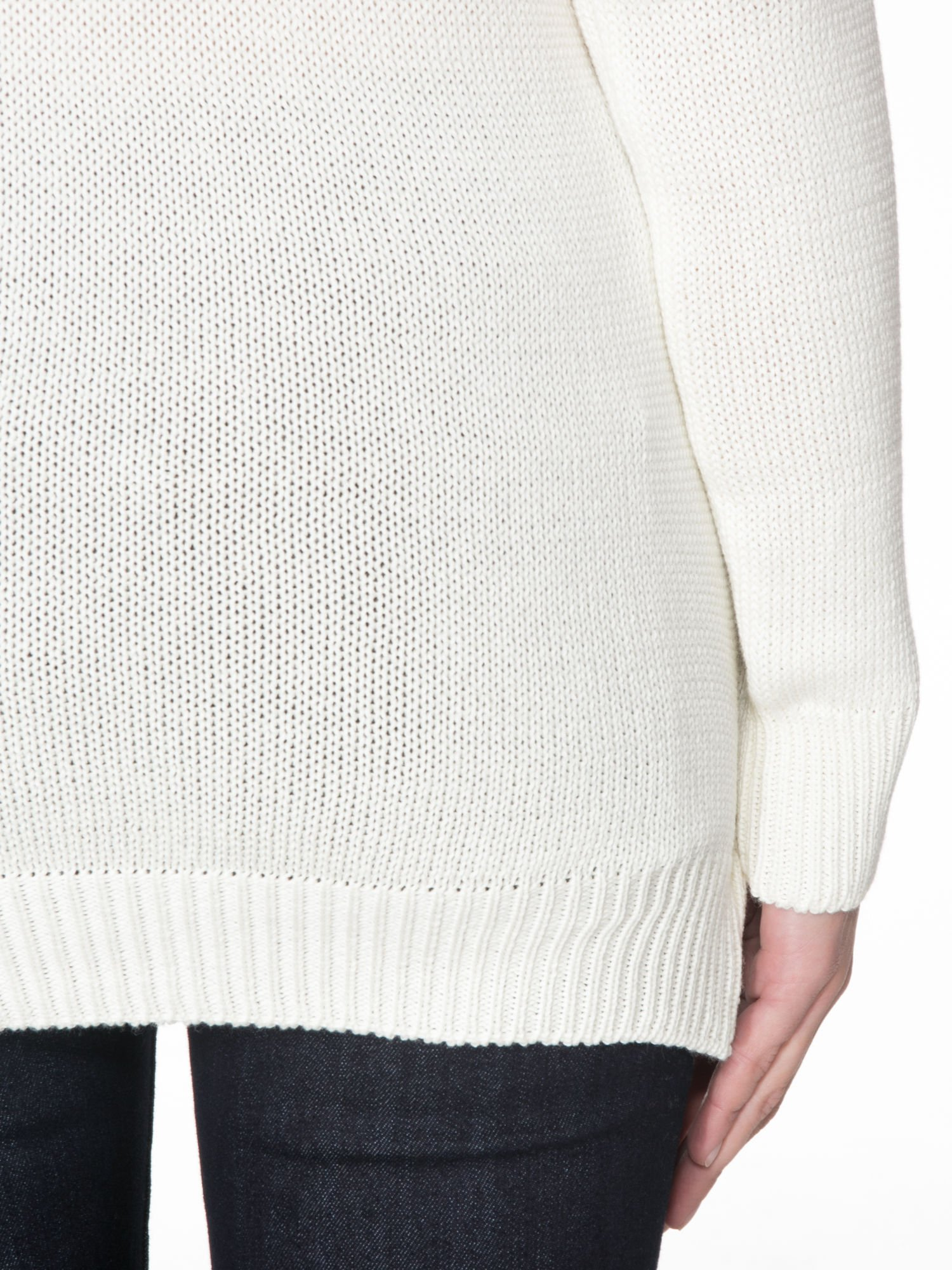 Ecru sweter z sercem obszytym frędzlami                                  zdj.                                  8