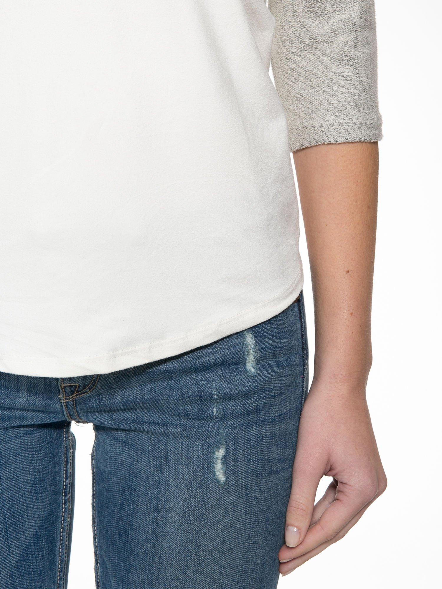 Ecru-szara bluzka z dekoltem zdobionym dżetami                                  zdj.                                  6