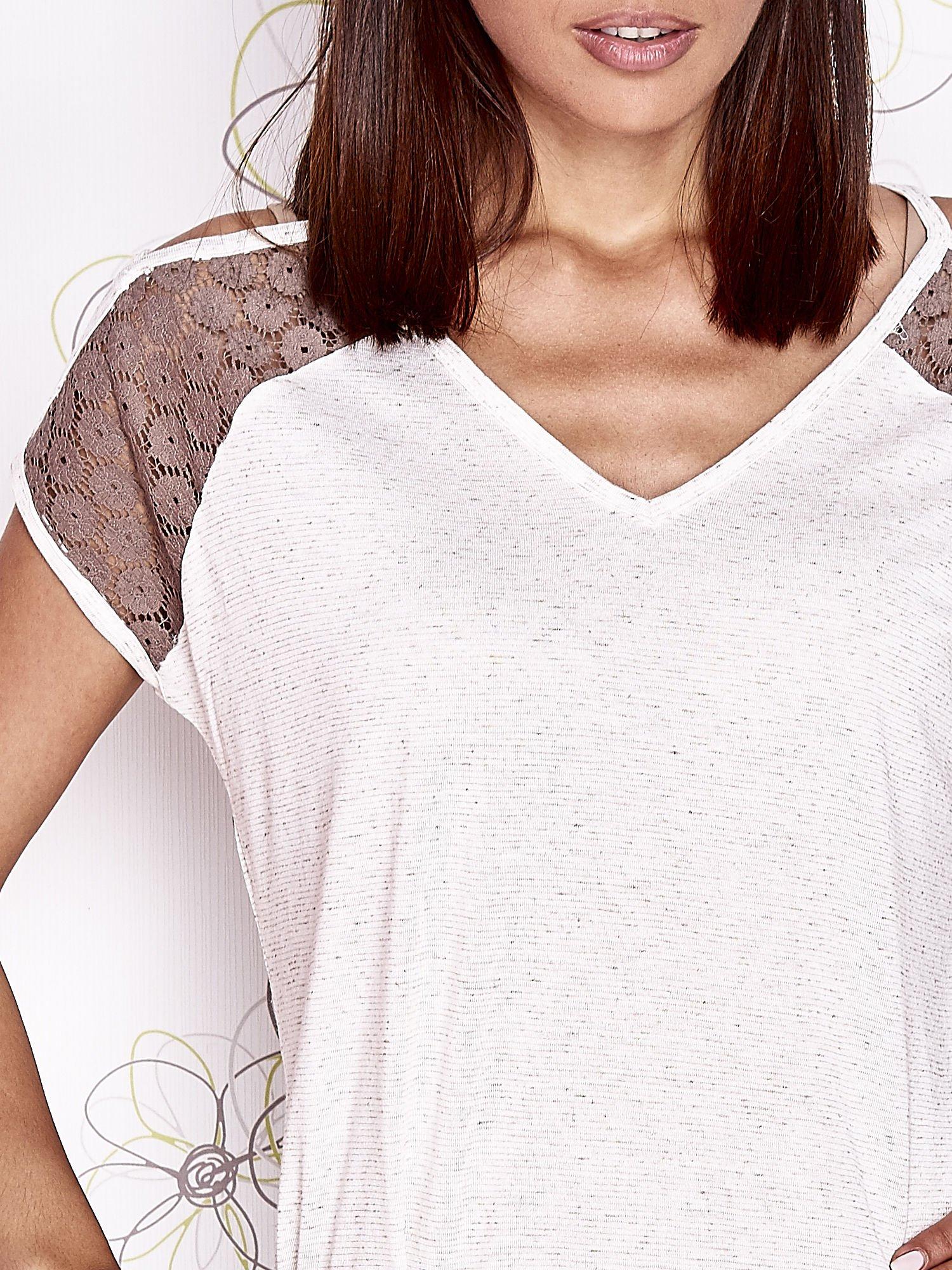 Ecru t-shirt z ażurowymi rękawami cut out shoulder                                  zdj.                                  6