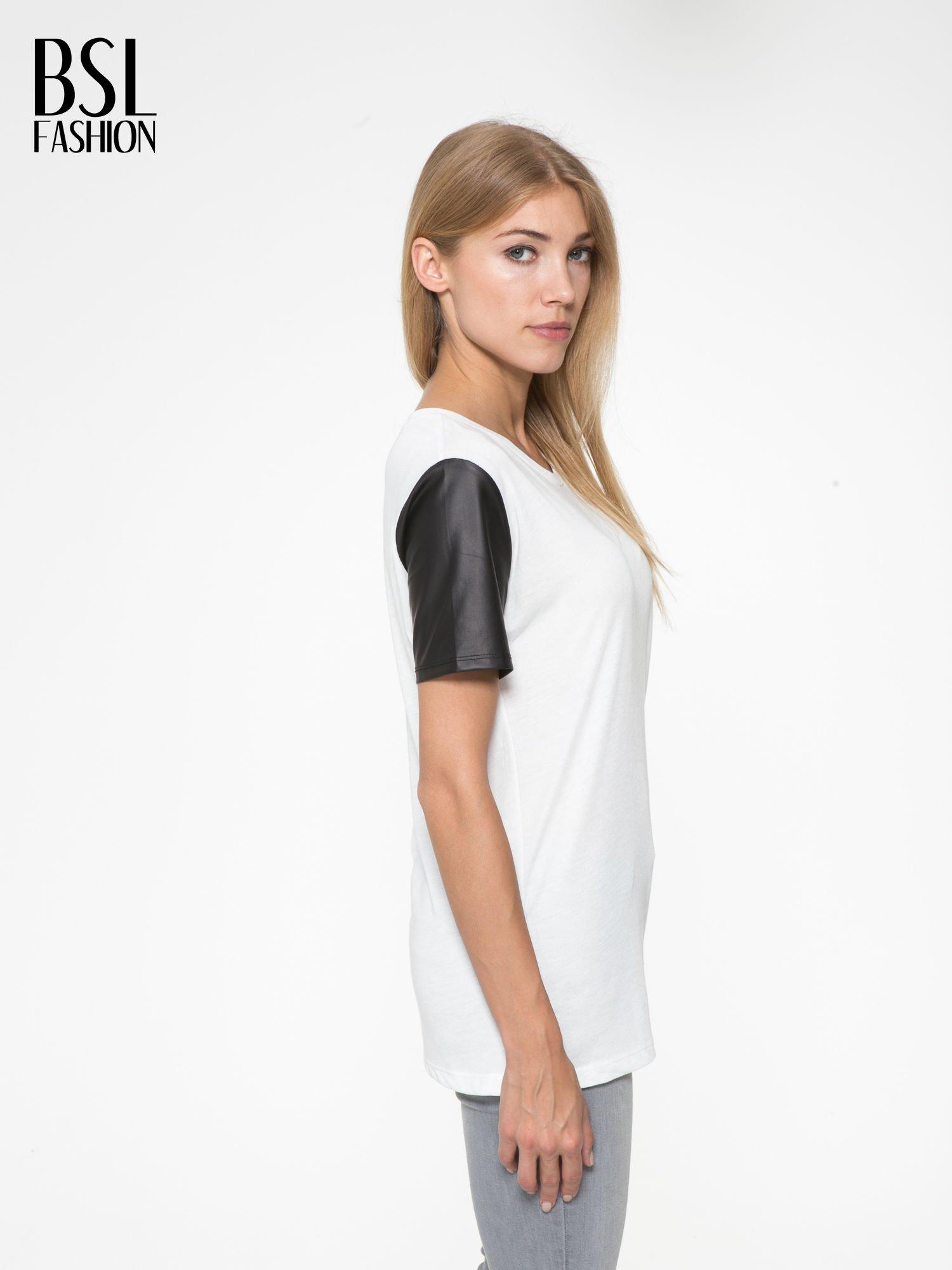 Ecru t-shirt z czarnymi skórzanymi rękawami                                  zdj.                                  3