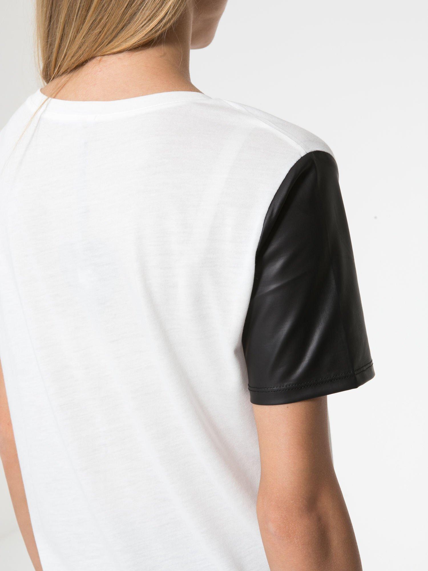 Ecru t-shirt z czarnymi skórzanymi rękawami                                  zdj.                                  6