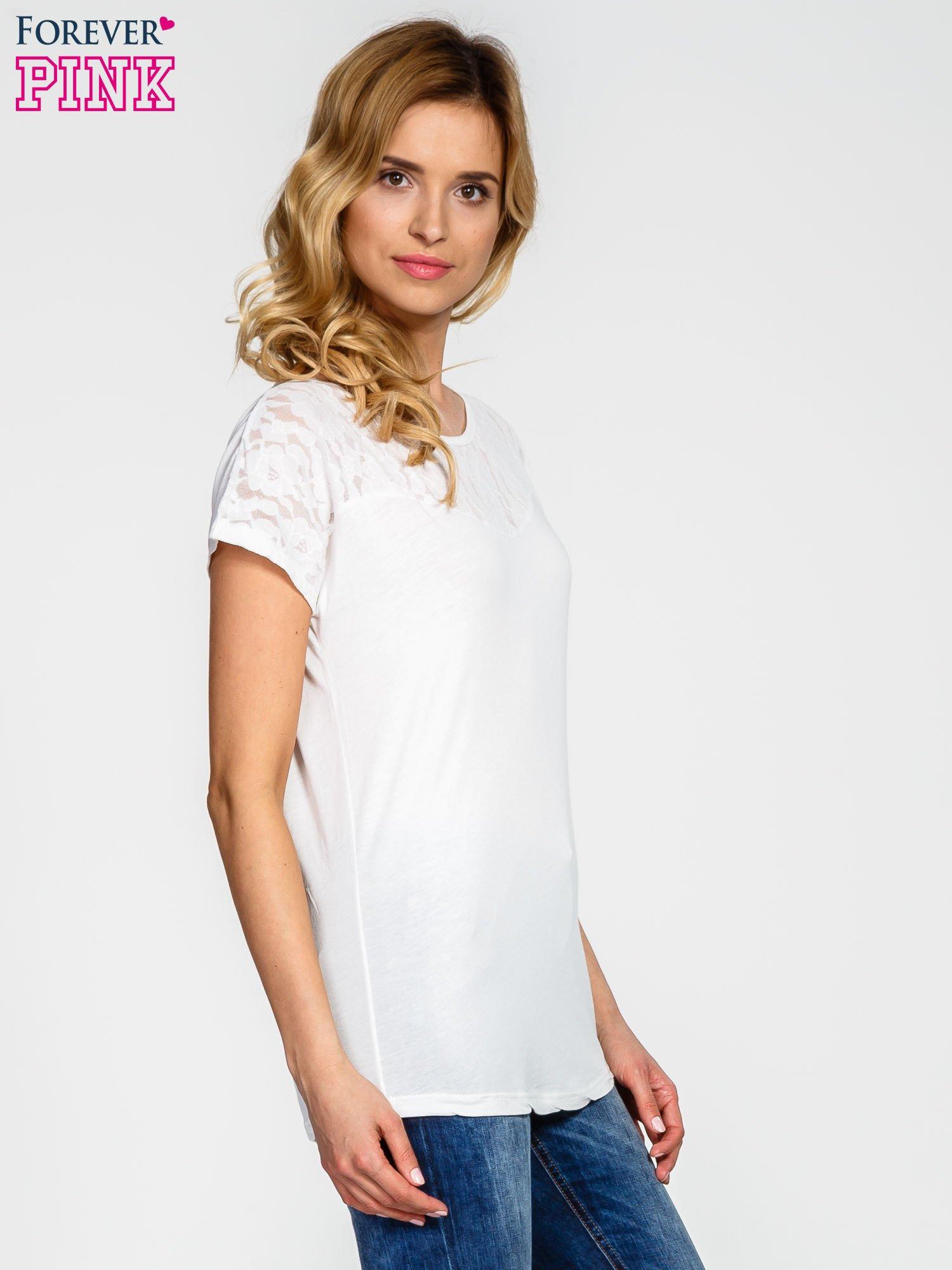 Ecru t-shirt z koronkowym wykończeniem                                  zdj.                                  3