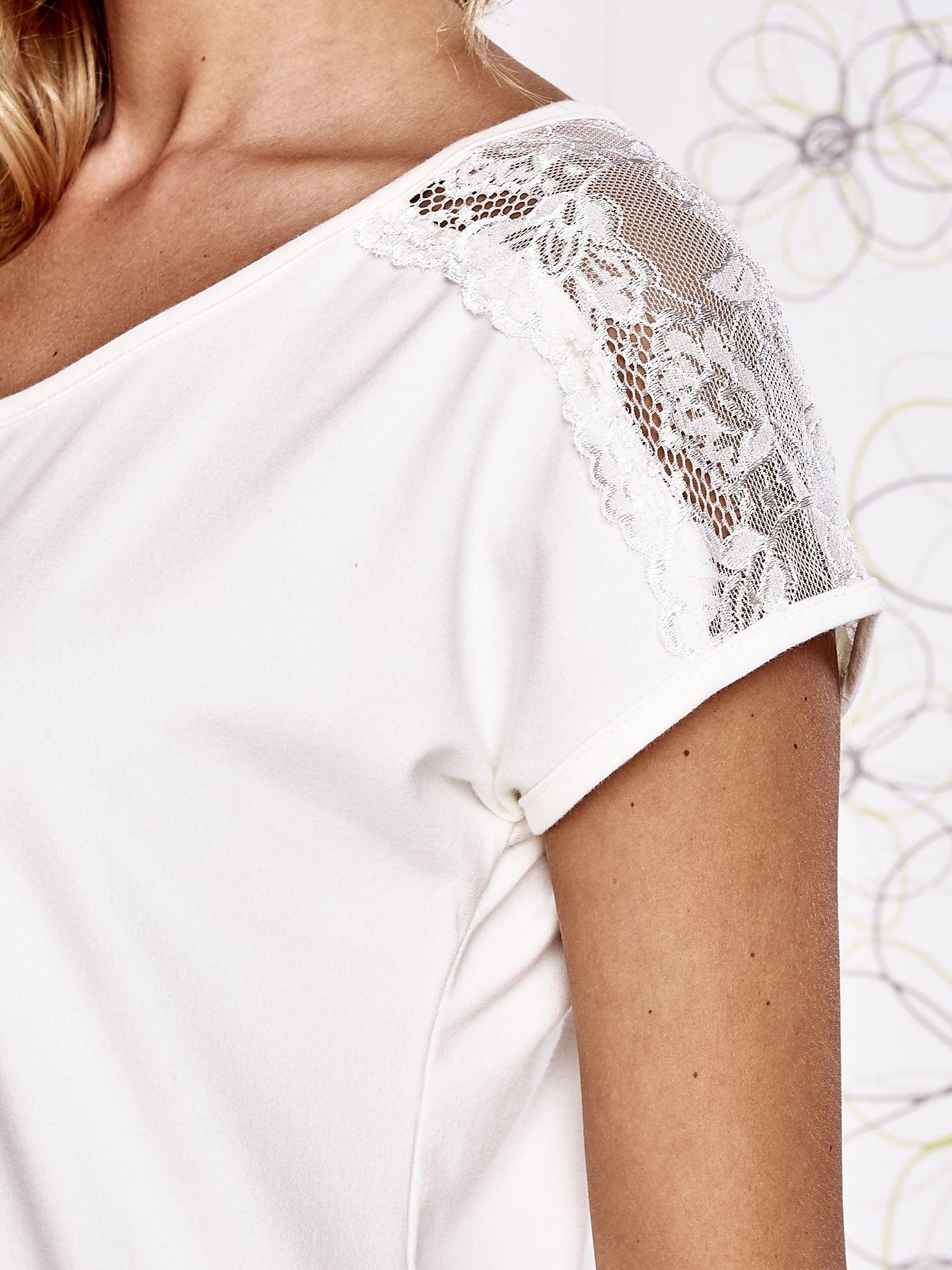 Ecru t-shirt z koronkowym wykończeniem rękawów                                  zdj.                                  5