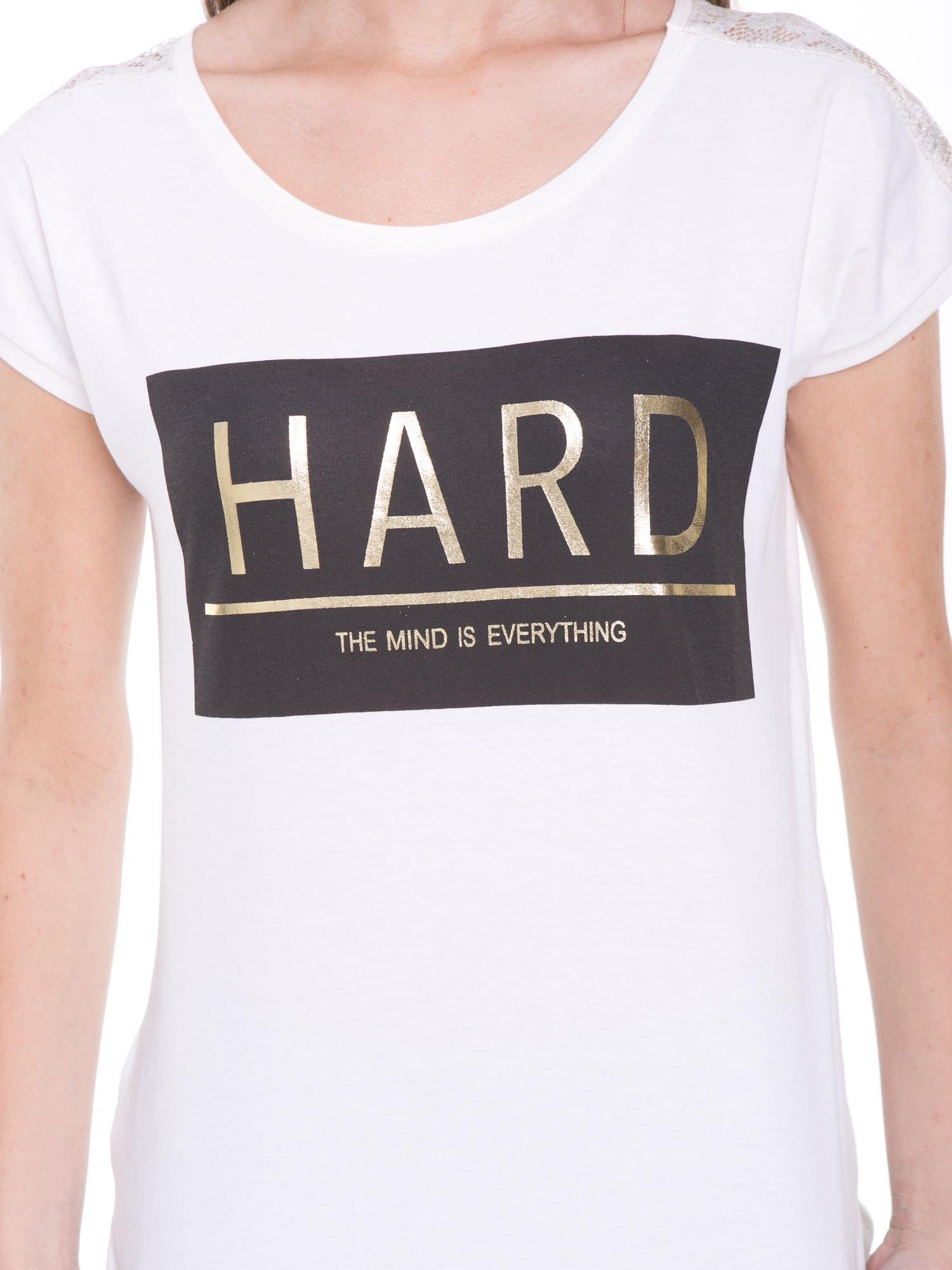 Ecru t-shirt z metalicznym nadrukiem HARD i koronkową wstawką z tyłu                                  zdj.                                  10