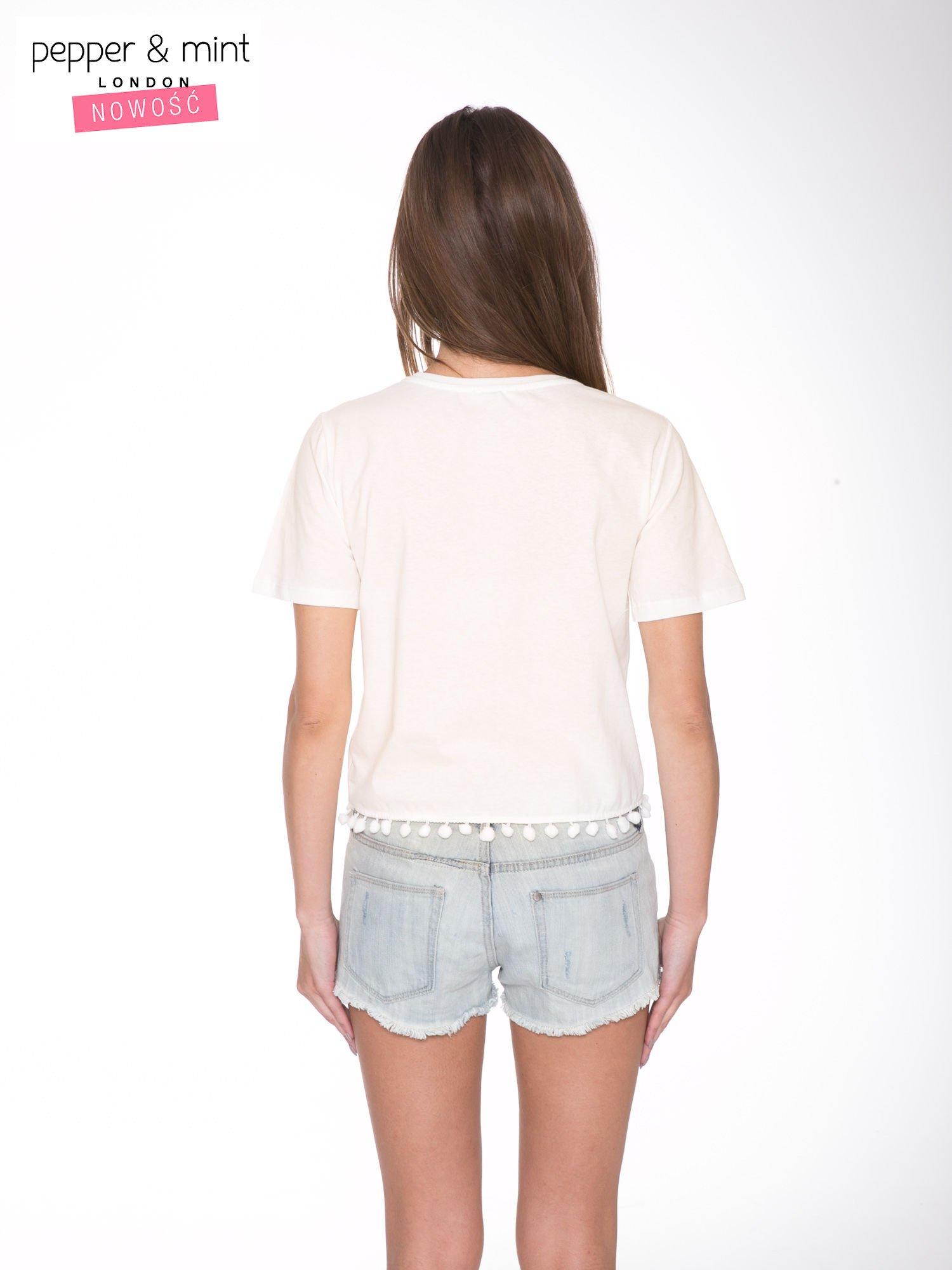 Ecru t-shirt z nadrukiem CUTE i pomponami w stylu etno                                  zdj.                                  4